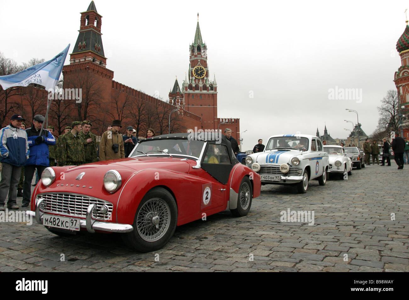 Ein Oldtimer-Rennen findet statt am Vasilevsky Spusk Tha Autos sind nicht jünger als 30 Jahre Stockbild