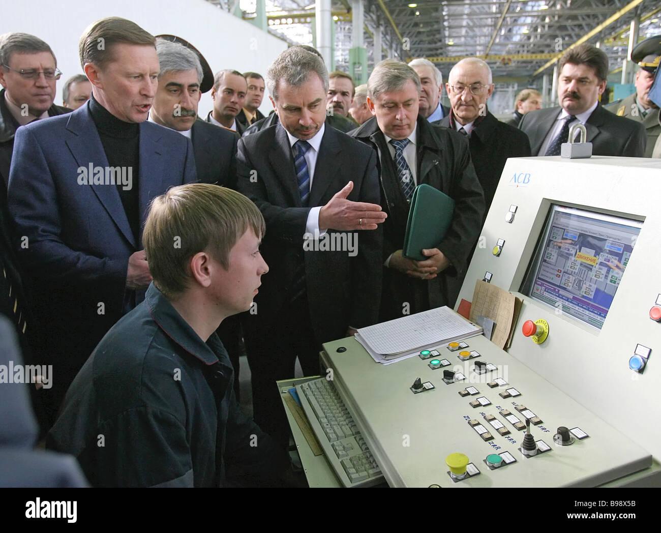Russland s erste stellvertretende Premierminister Sergei Ivanov Michail Pogosjan Generaldirektor der Sukhoi Aviation Stockbild