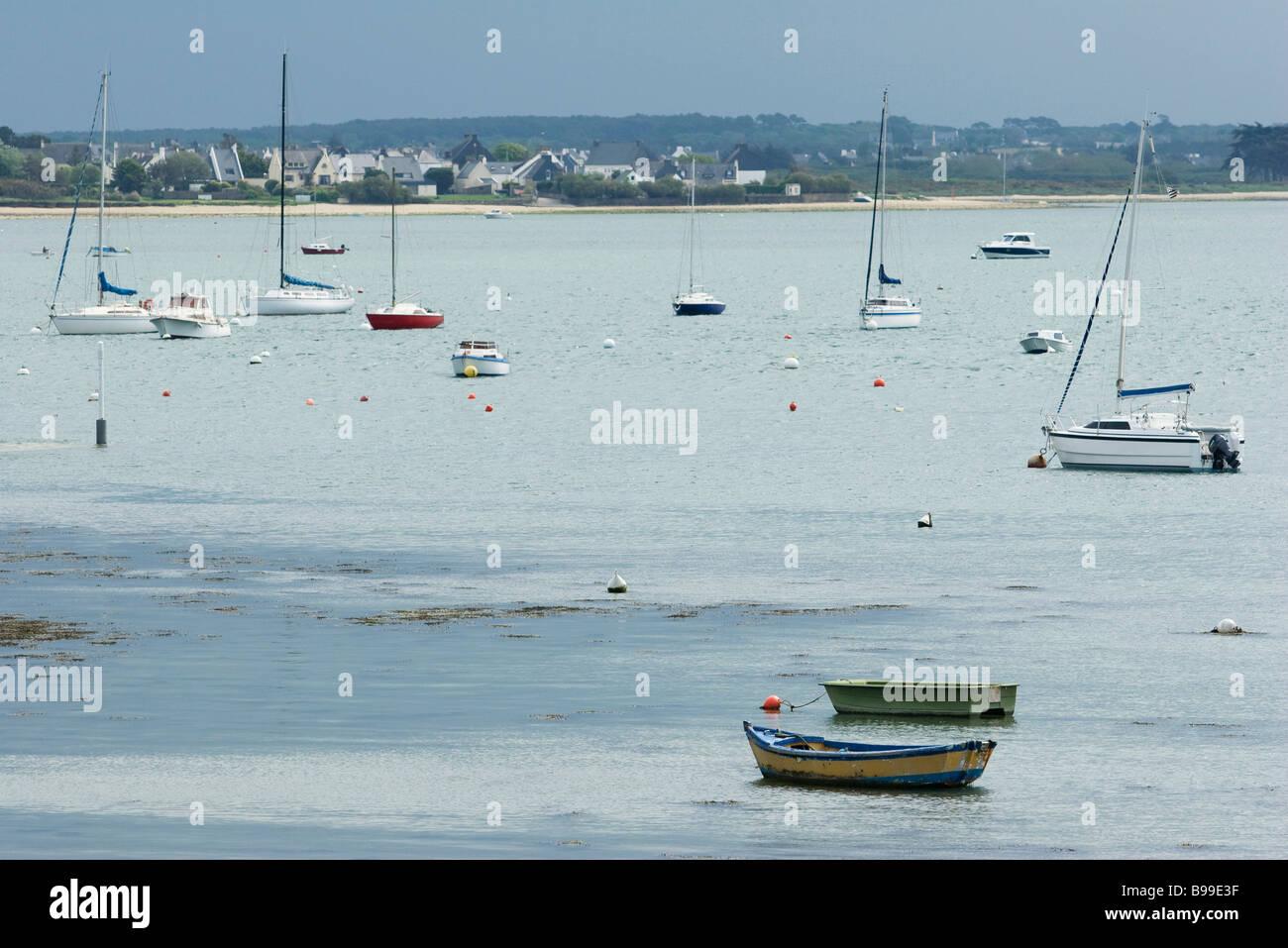 Angelboote/Fischerboote im Hafen, Bretagne, Frankreich Stockbild
