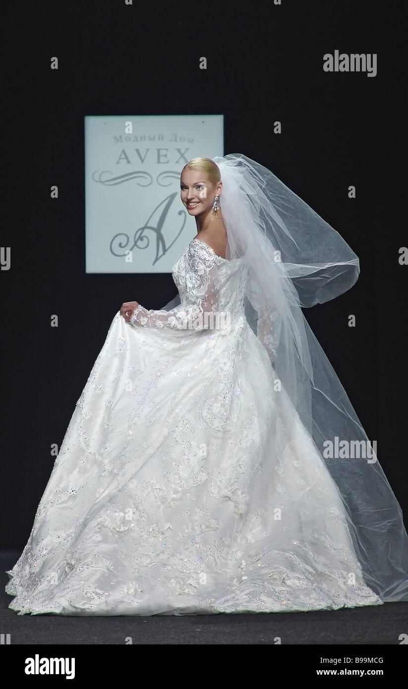 Ballerina Anastasia Volochkova zeigt Brautkleid aus neuen Kollektion ...
