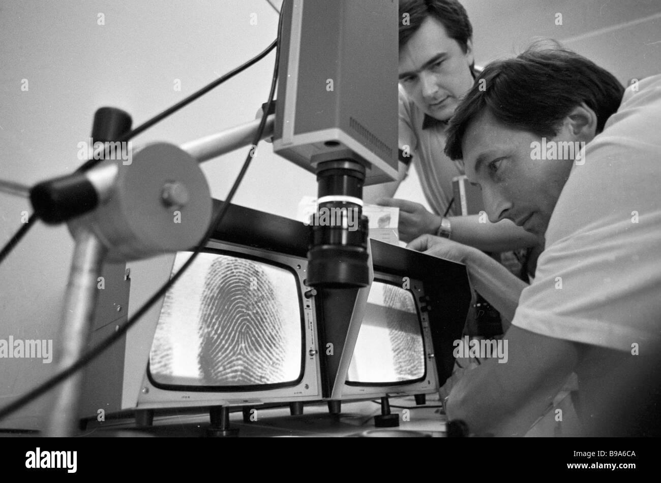 Experten erkennen Fingerabdrücke in einem daktylographische Labor Stockbild