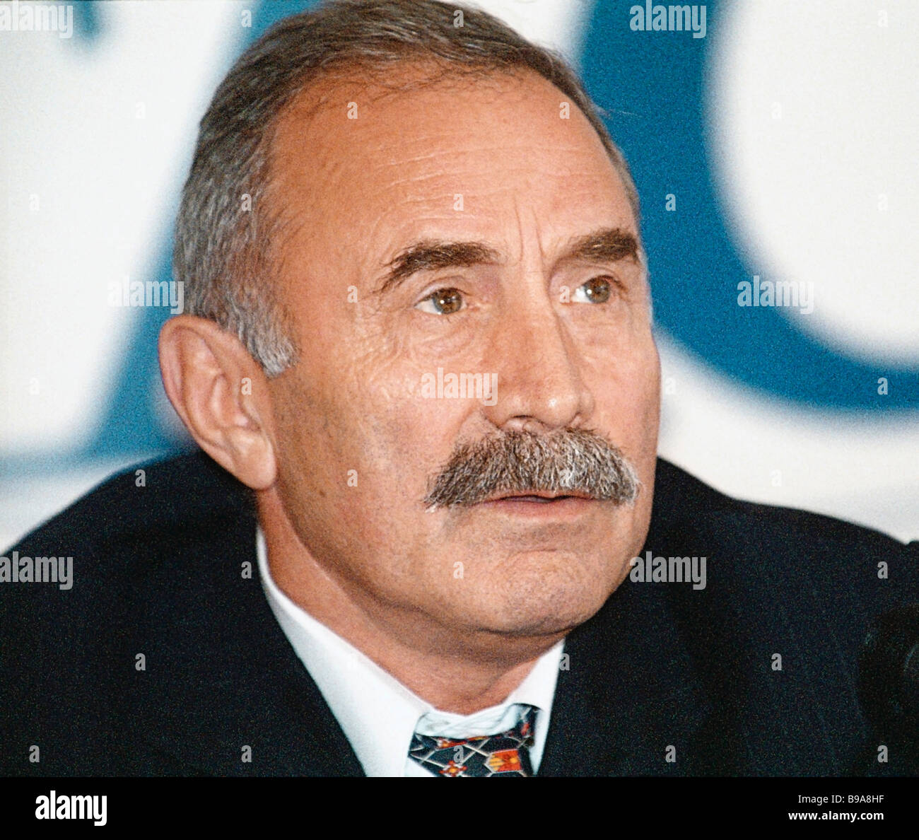 Presidential Adjutant Aslanbek Aslakhanov und Meister des Sports in Sambo während einer Pressekonferenz, wo Stockbild