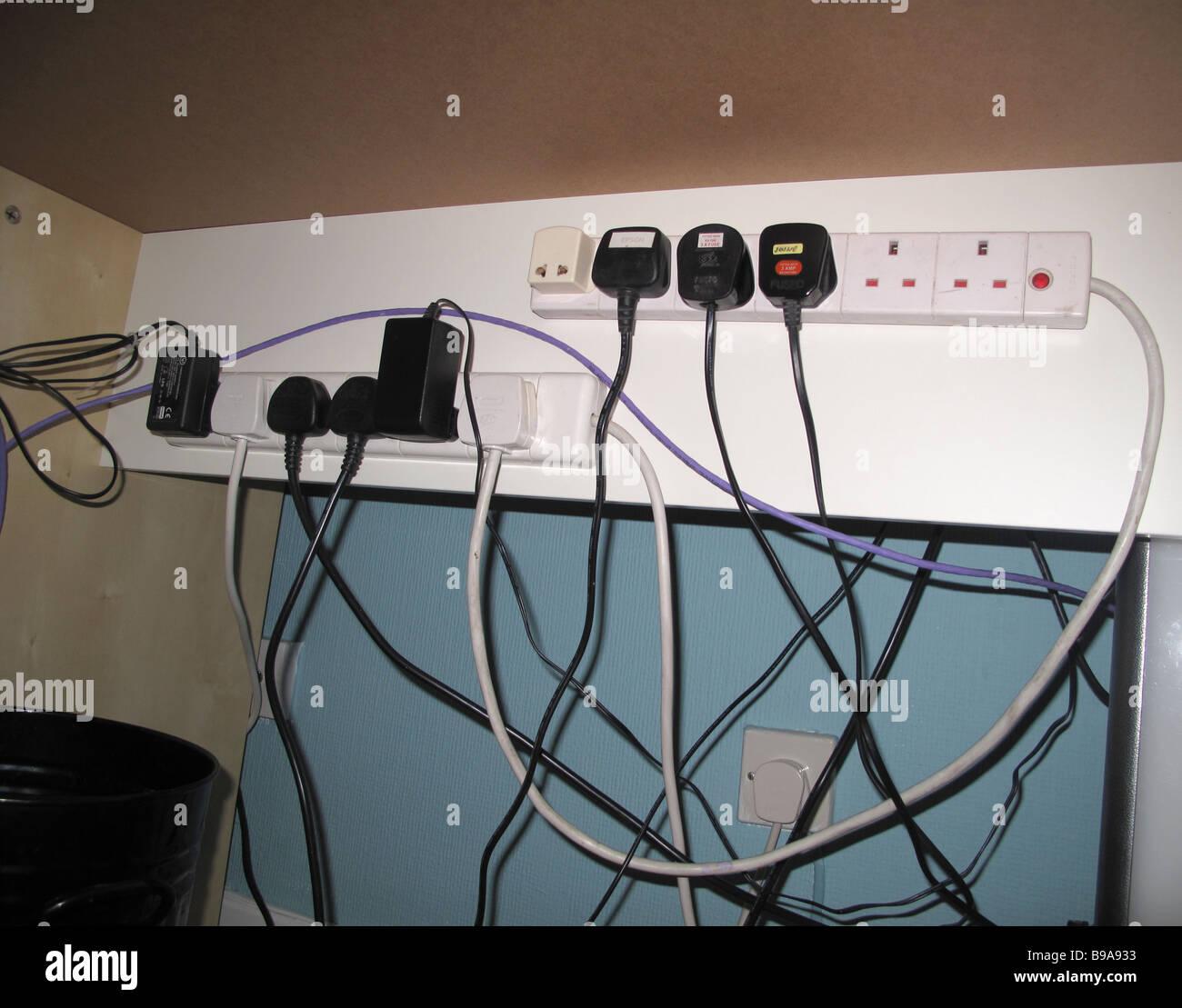 Overloaded Electrical Sockets Uk Stockfotos Wiring Elektrische Stecker Und Steckdosen Unter Schreibtisch Stockbild