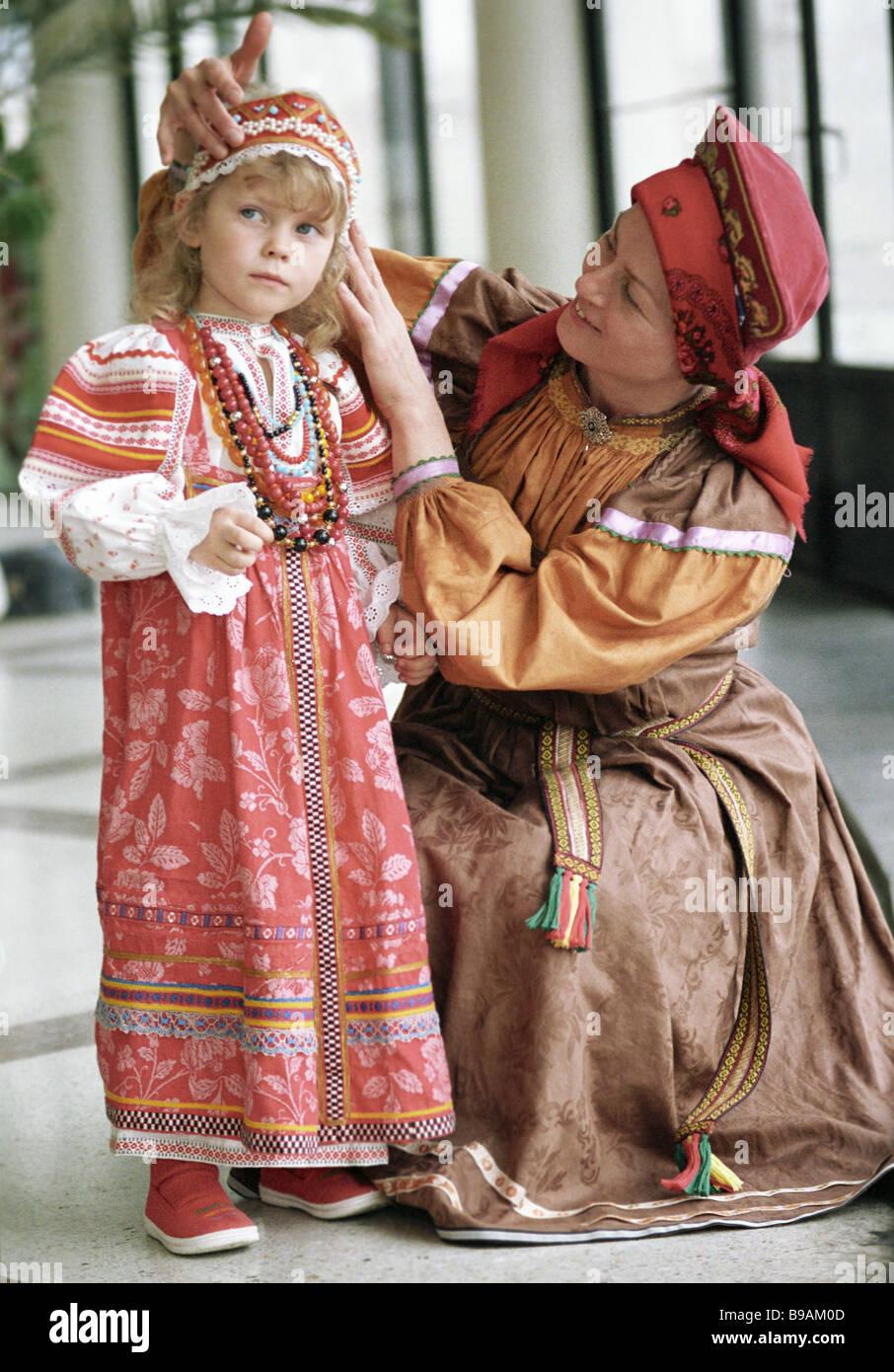 Frau In Traditioneller Tracht Kleider Madchen Teilnehmern Erste Alle