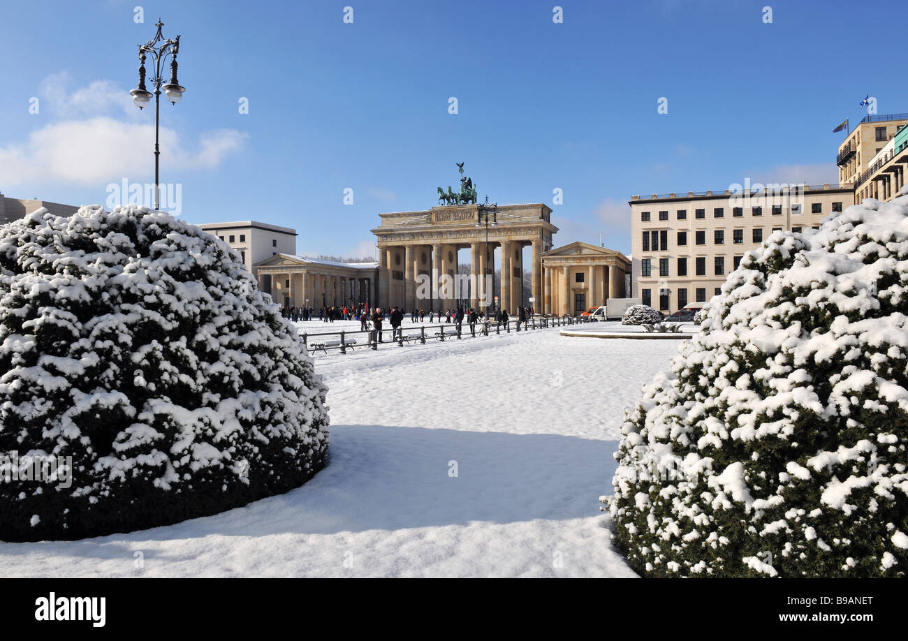 Berlin Paris Platz Brandenburger Tor Quadriga im Winterschnee Stockfoto