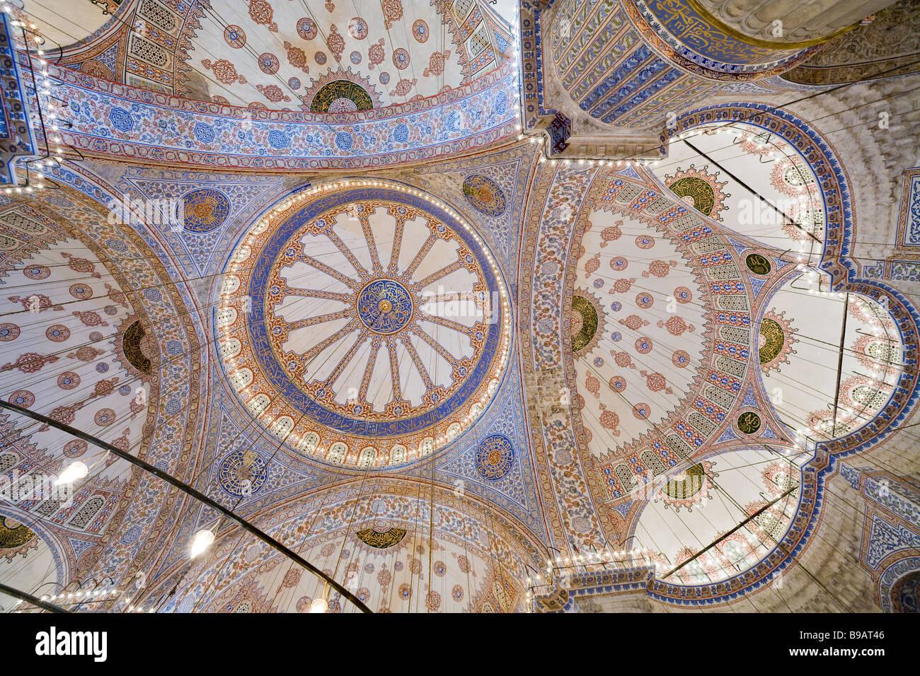 Komplexität in Farbe. Die hoch dekorierte Keramik überdachte Decke auf die blaue Moschee ist voller Licht Stockbild