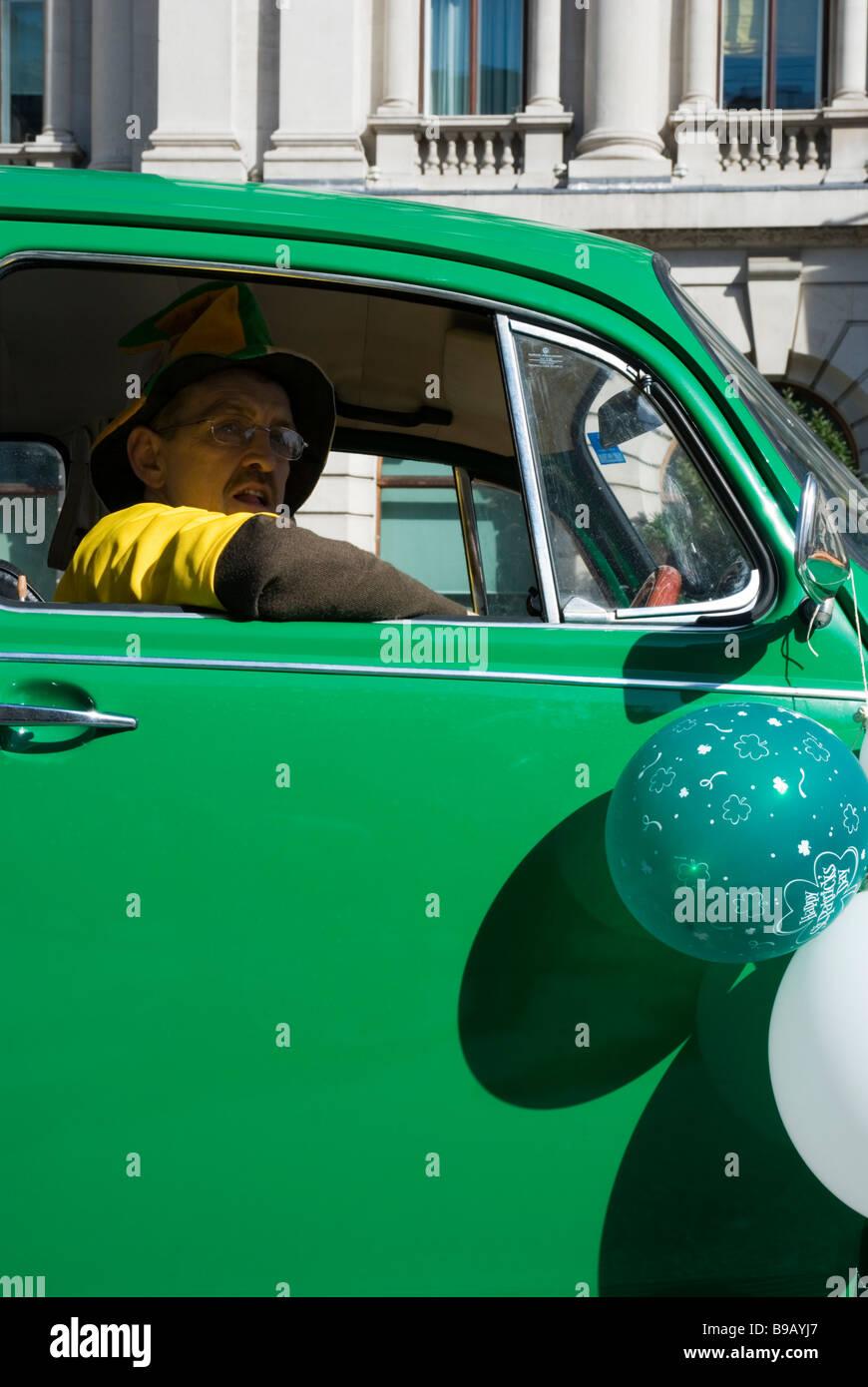 Ein Mann fährt ein grünes Auto am St. Patricks Day Parade in London England Großbritannien, 15. März Stockbild