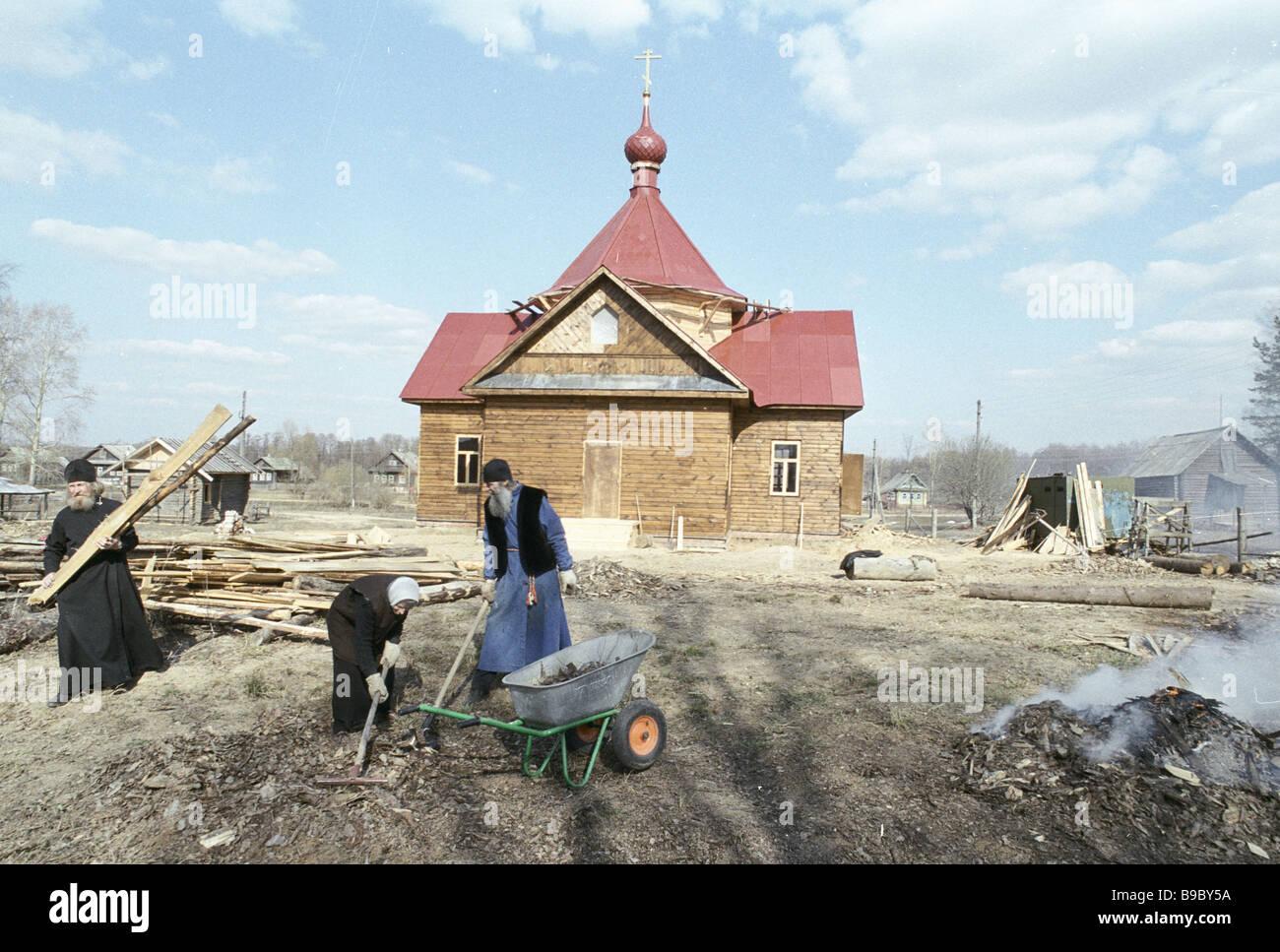 Novizen der gerade abgeschlossenen St Varus Kirche Vorbereitung auf die erste Osterliturgie Stockbild
