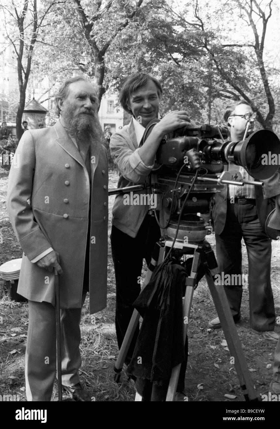 Sowjetischer Regisseur Sergei Gerasimov 1906 1985 und Kameramann Sergei Filippov rechts Dreharbeiten zu dem Film Stockbild