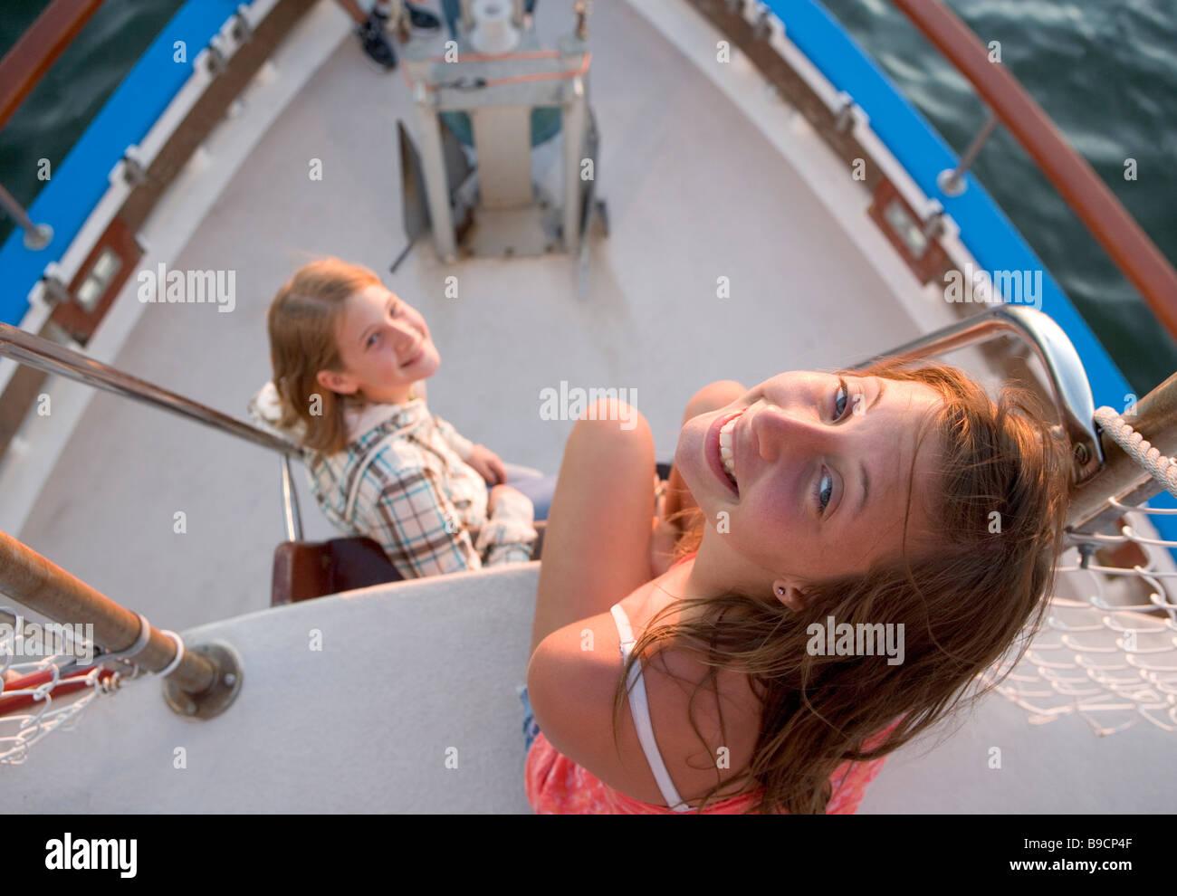 Zwei Teenie-Alter Mädchen in der Nähe der Bogen einer Tour Boot bei Sonnenuntergang Stockbild