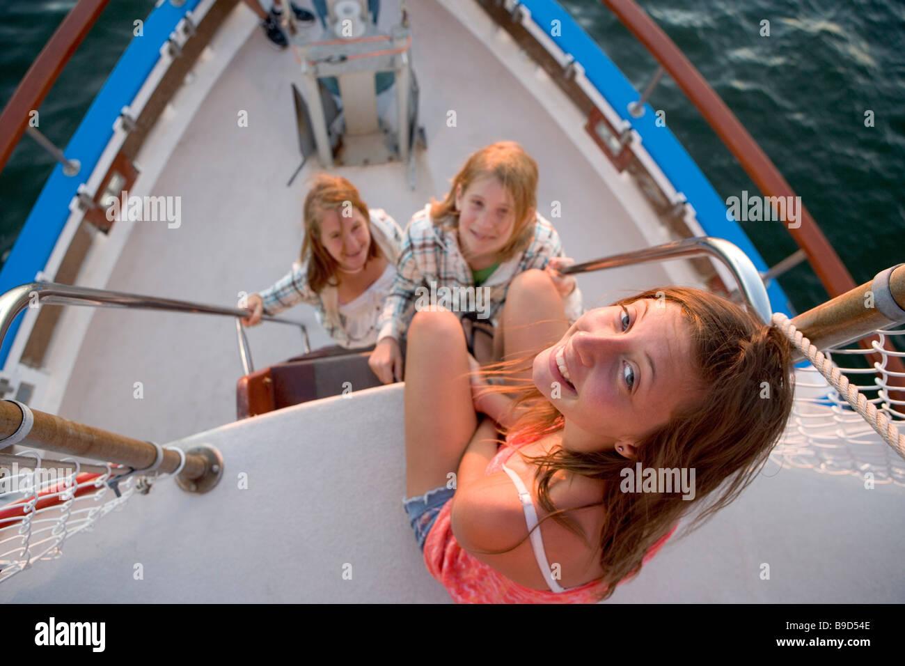 Drei Teenager-Alter Mädchen in der Nähe der Bogen einer Tour Boot bei Sonnenuntergang Stockbild