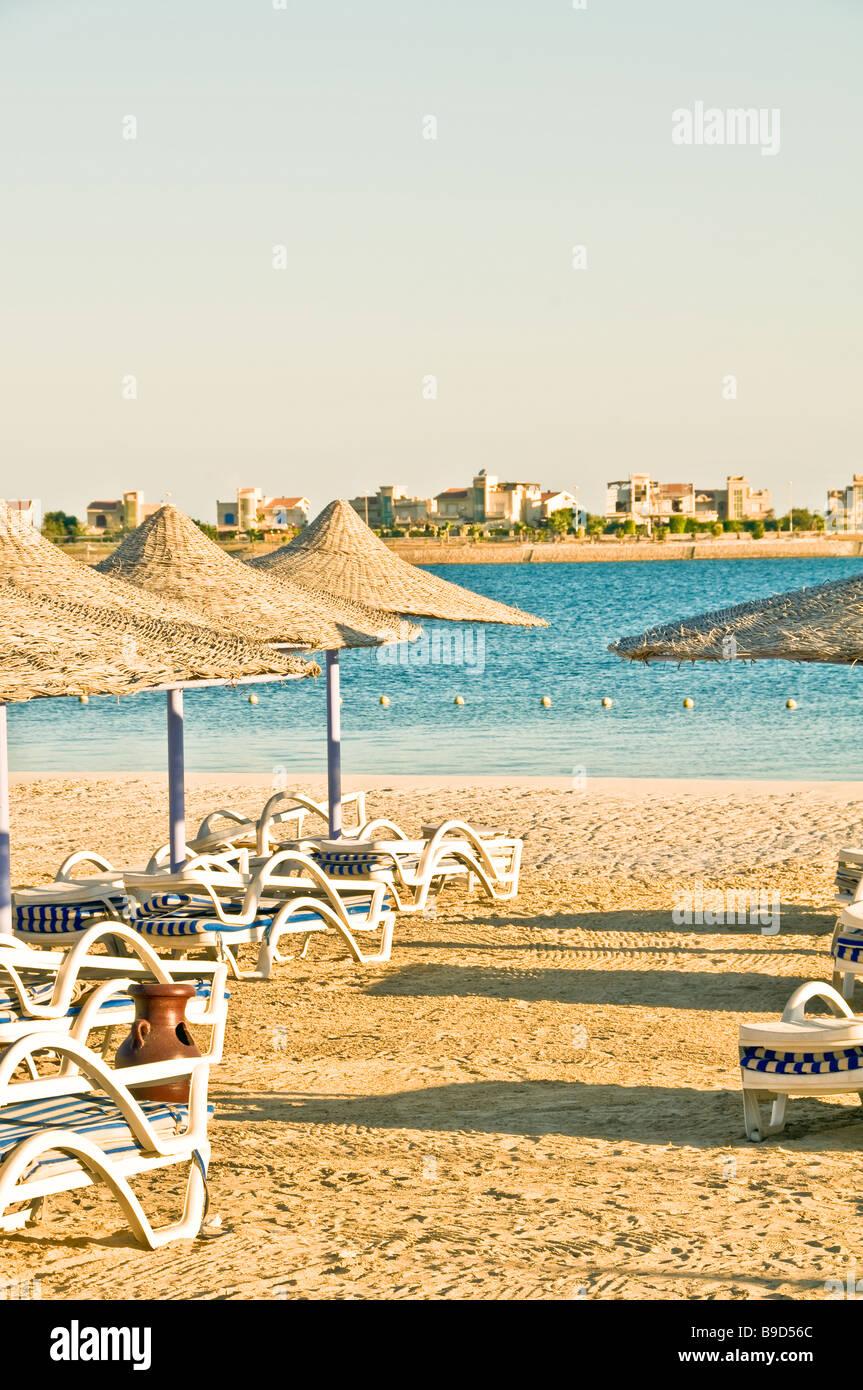 Strand Stühle Sonnenschirme Ägypten North Coast Porto Marina Resort und Spa hotel Stockbild