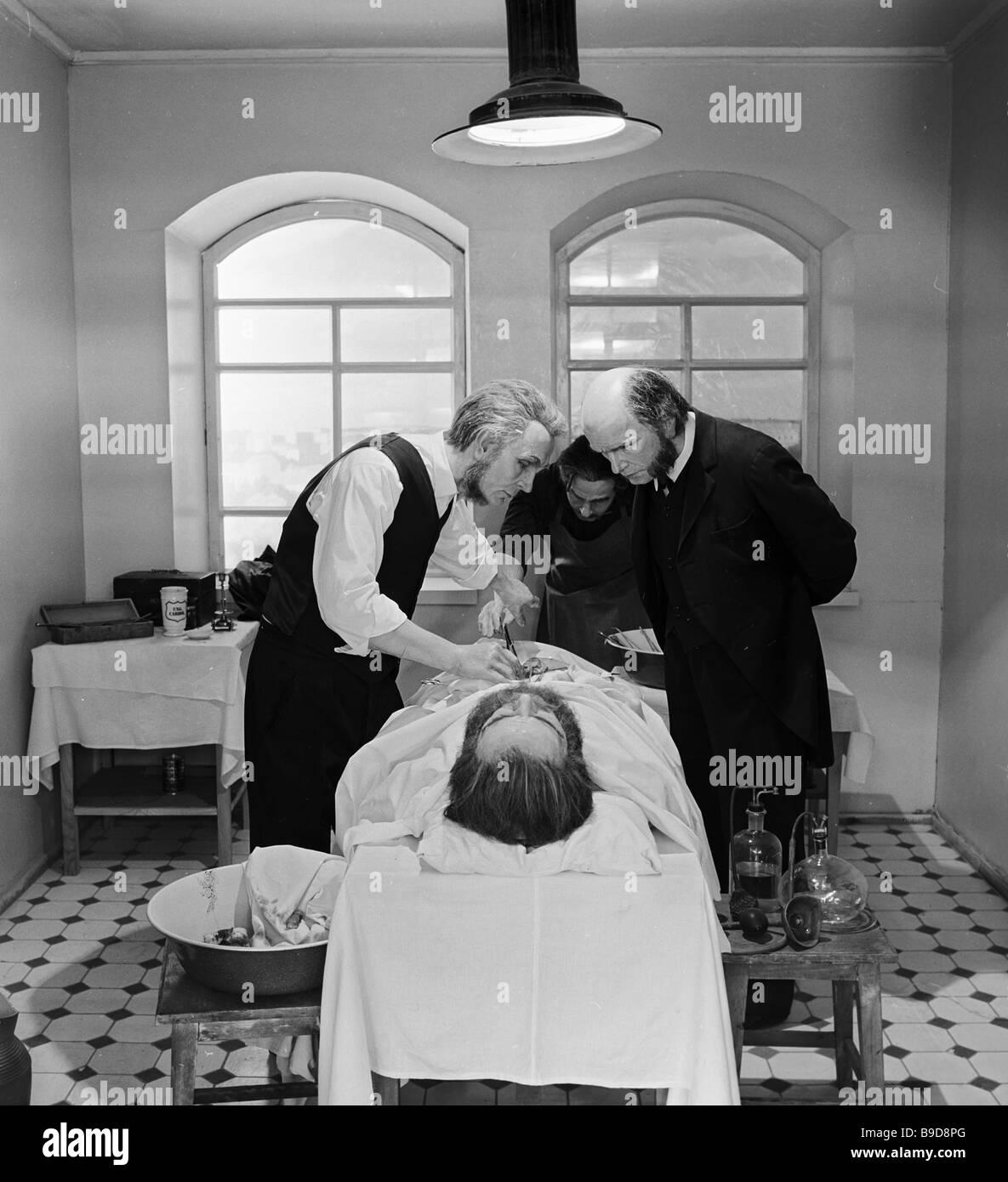 Wachsfiguren von prominenter Chirurg Nikolai Pirogov und seine Gehilfen Stockbild
