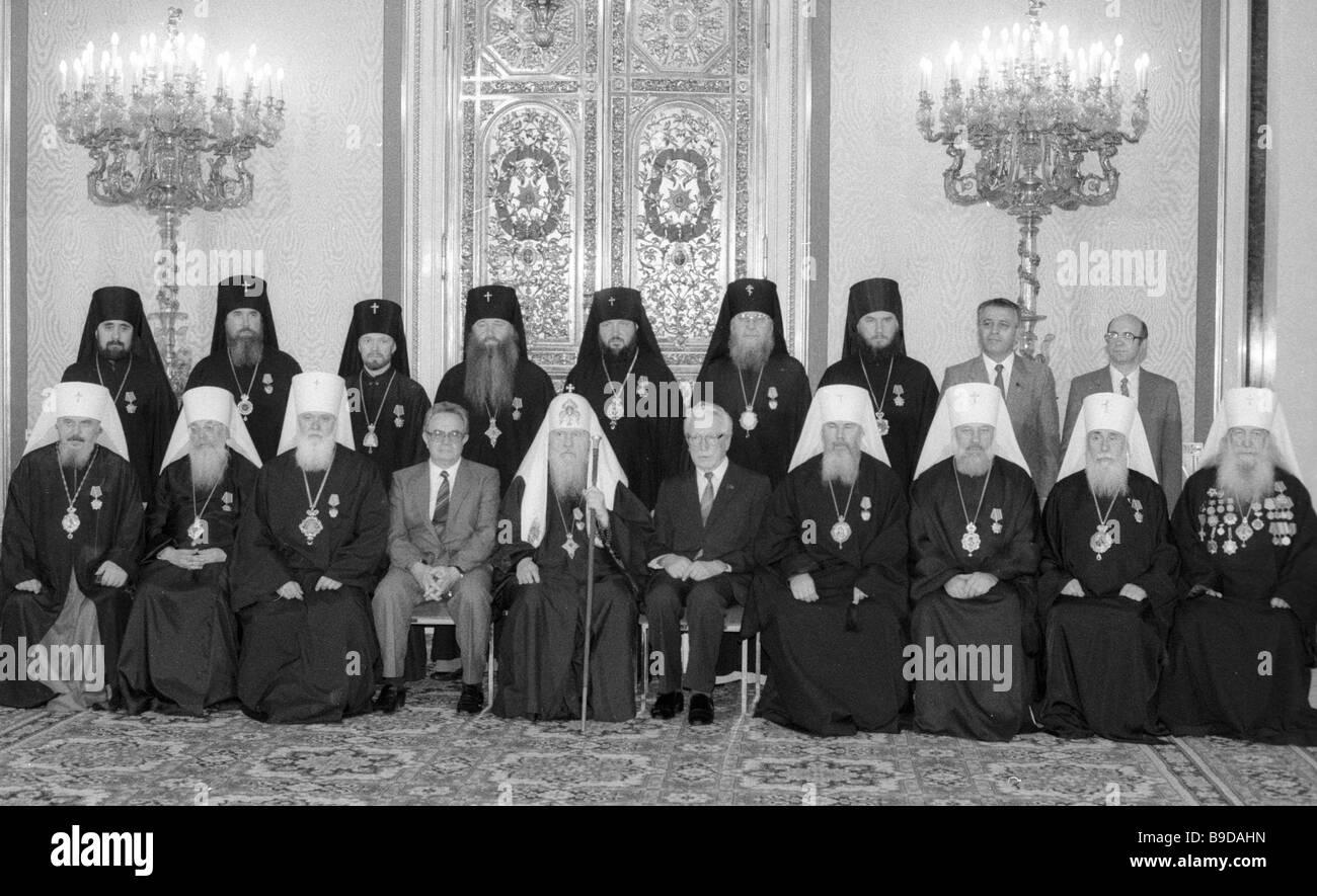 Prominente Persönlichkeiten aus der russisch-orthodoxen Kirche in der Yekaterininsky Halle des Grand Kremlin Stockbild