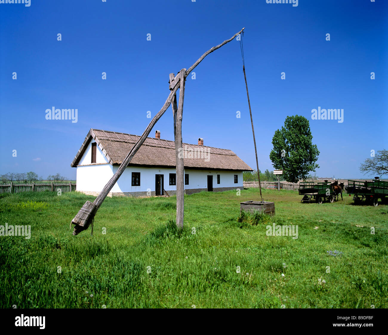 Csarda, Brunnen und Bauernhaus in der Puszta, Ungarn Stockbild