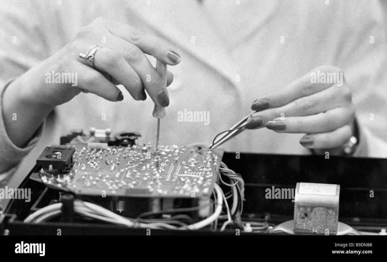 Montage von einem Transistor-Empfänger in der VEF-Produktion-Verein Stockbild