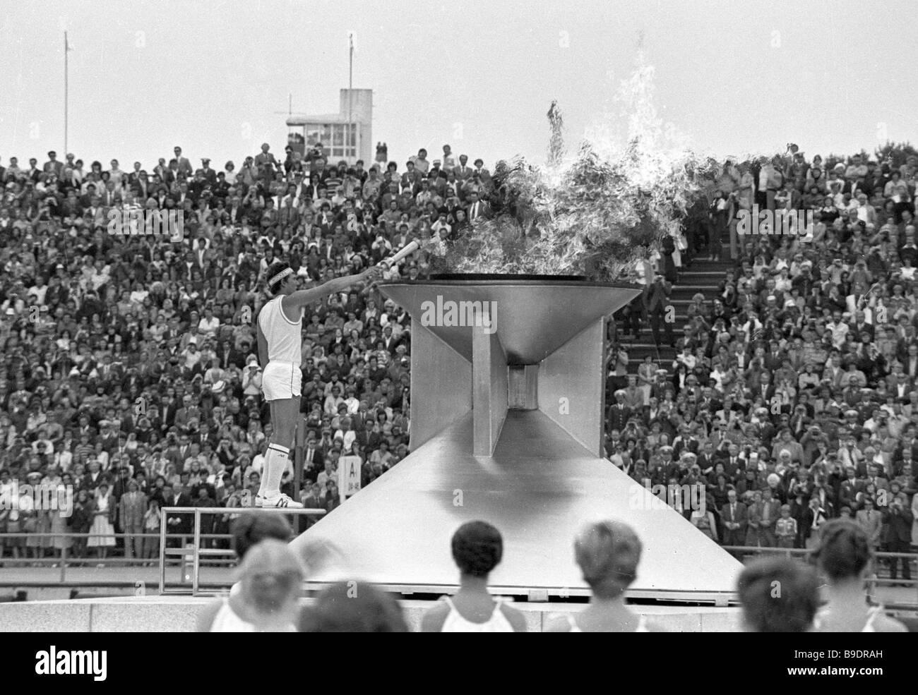 Vaiko Vooremaa DN Klasse junior Yachting Weltmeister Beleuchtung das Olympische Feuer bei der 22. Olympischen Regatta Stockfoto
