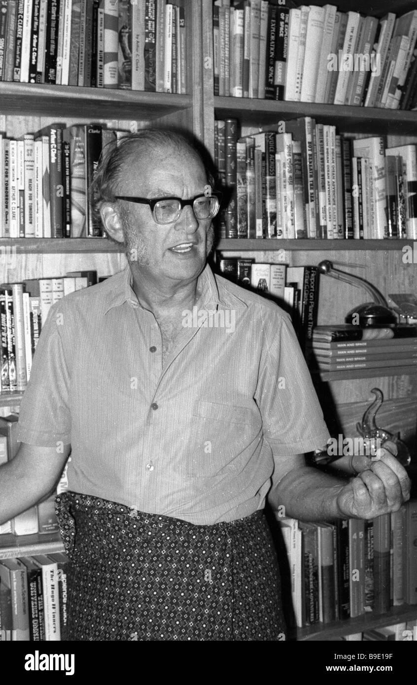 Science Fiction-Autor Arthur Clark in seinem Arbeitszimmer Stockbild