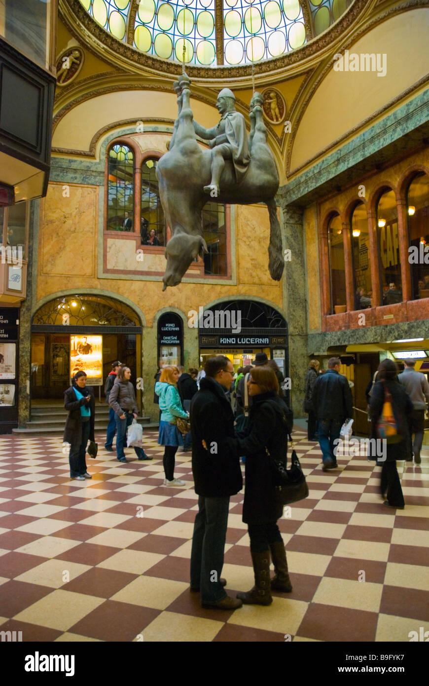 """Menschen warten, um in die """"Lucerna"""" Kino Pasaz Lucerna Einkaufspassage in Prag Tschechien Mitteleuropa Stockbild"""
