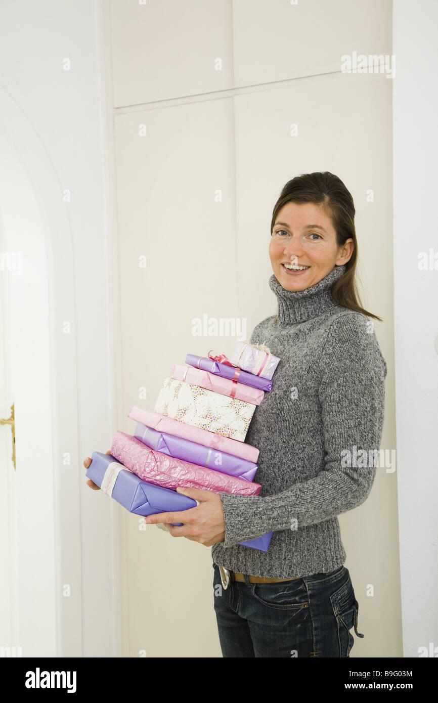 Frau Weihnachtsgeschenke Stapeln tragen lächelnd Serie Menschen Seil ...