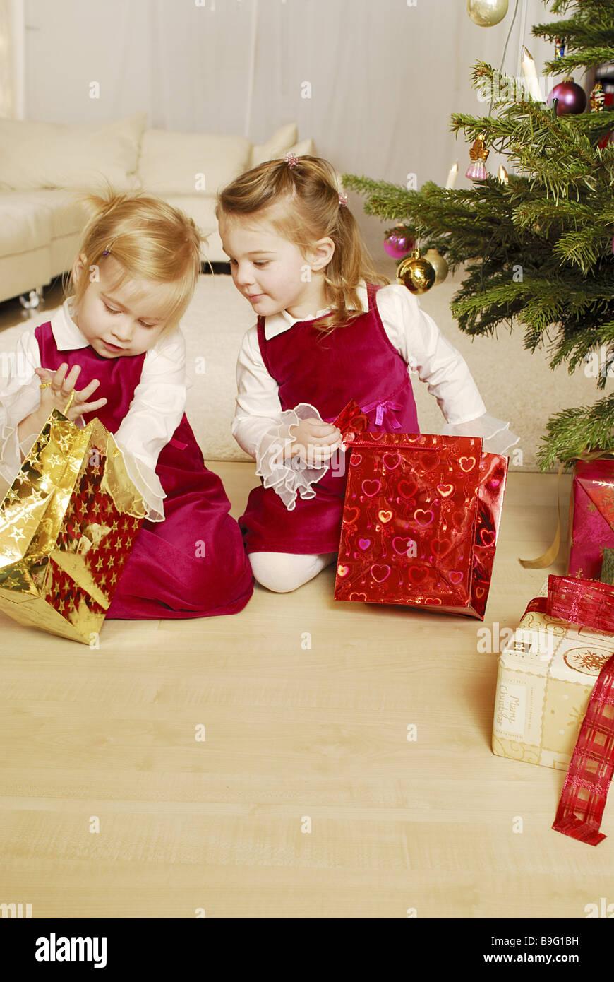 Weihnachtsbaum zwei Weihnachtsgeschenke Vorfreude Auspacken Spannung ...