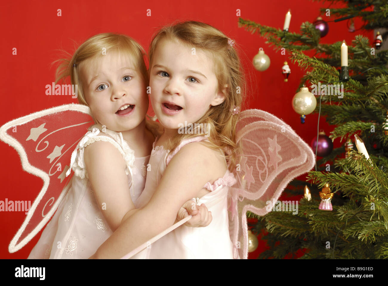 Weihnachten Mädchen zwei Verkleidung Engel Stern-Stab umarmen ...