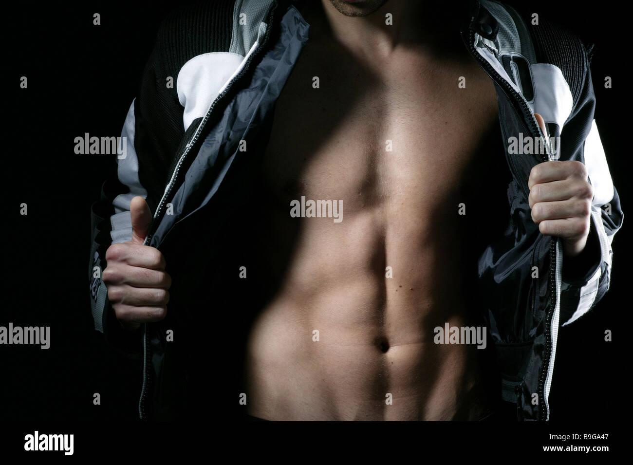 Mann schlank Jacke offen Oberkörper Muskulatur Detail junge steht Motorradjacke eröffnet Körper muskulös Stockbild