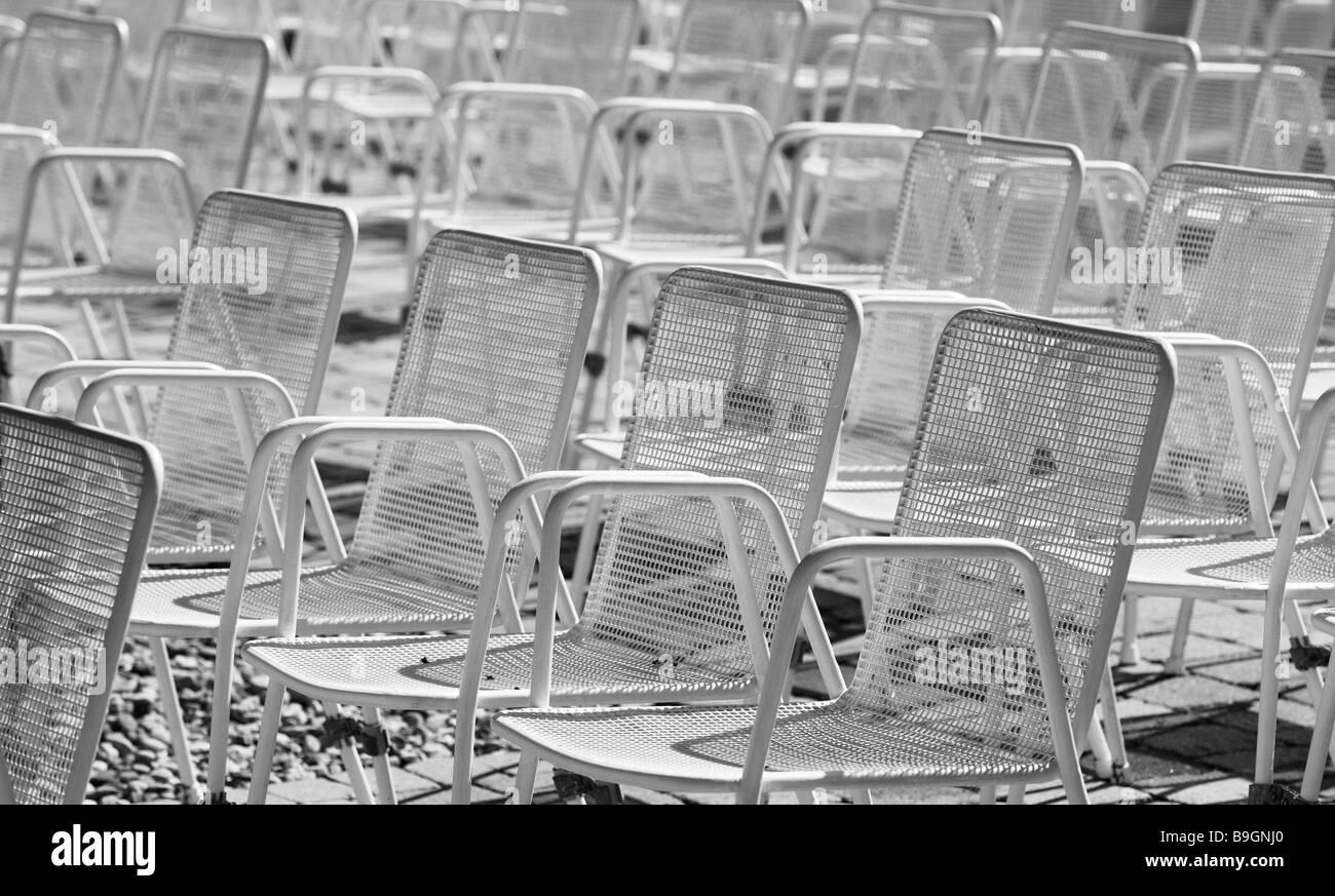 Park Stühle weiße leere frei-Krane Standort der Veranstaltung Metall ...