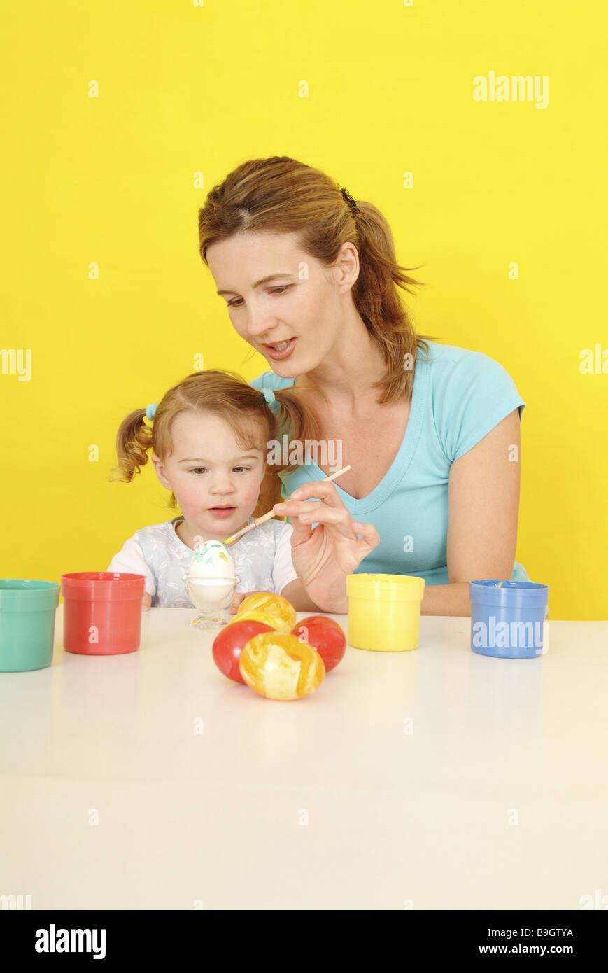 Ostern Kind Mädchen Mutter Eiern Atelier Malt 2 3 Jahren 30 40 Jahre