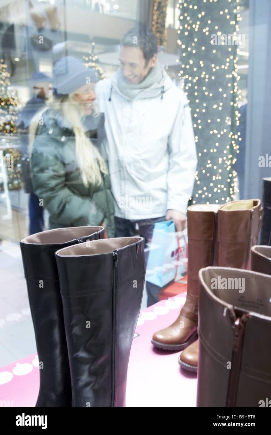 Paaren Sie sich junge Schaufenster shopping Weihnachten Business ...