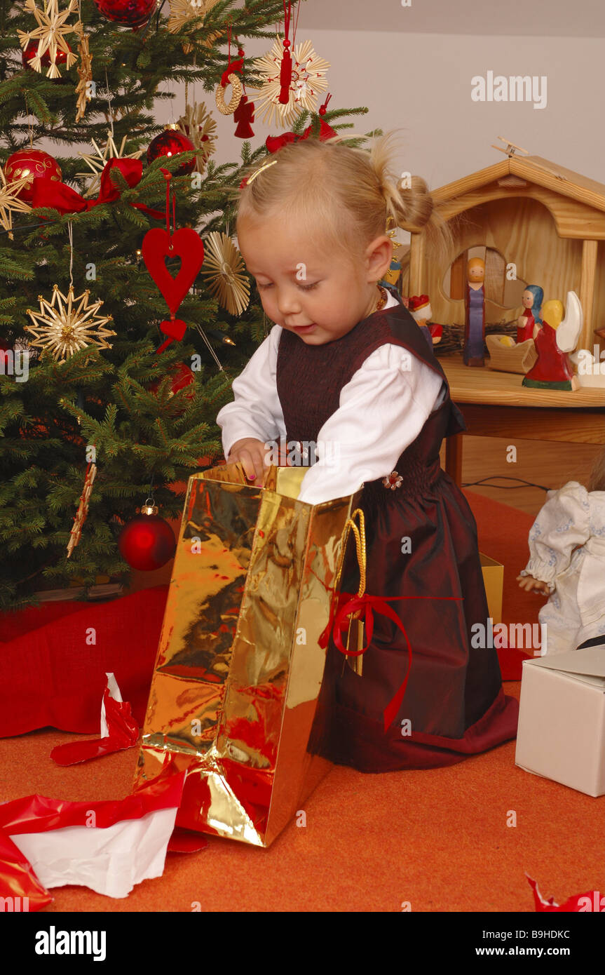 Weihnachtsbaum Mädchen Weihnachtsgeschenke auspacken Vorfreude ...