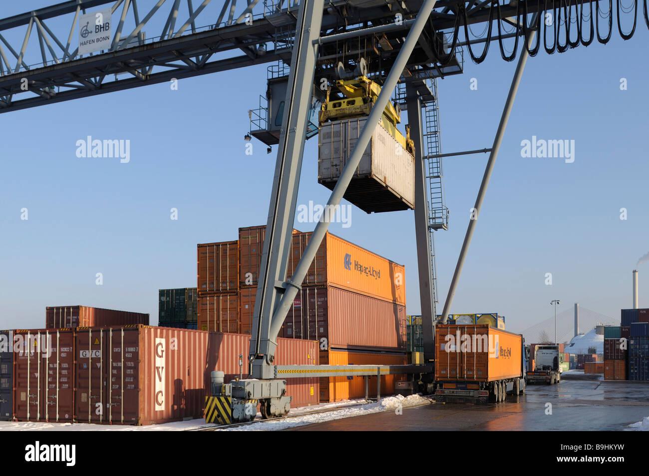 Der Containerumschlag über Portainer am Hafen von Bonn, intermodale Verkehre, North Rhine-Westphalia, Germany, Stockbild