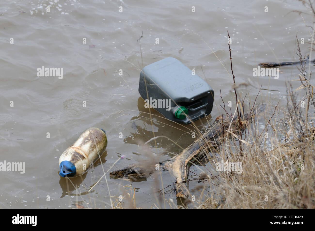 Fluss mit Treibgut entlang des Ufers, Umweltverschmutzung Stockbild