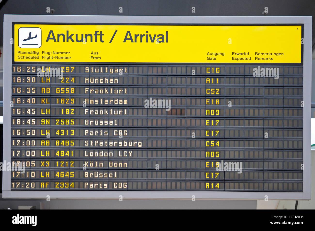 Anzeige der Ankünfte am Flughafen Berlin-Tegel, Berlin, Deutschland Stockbild