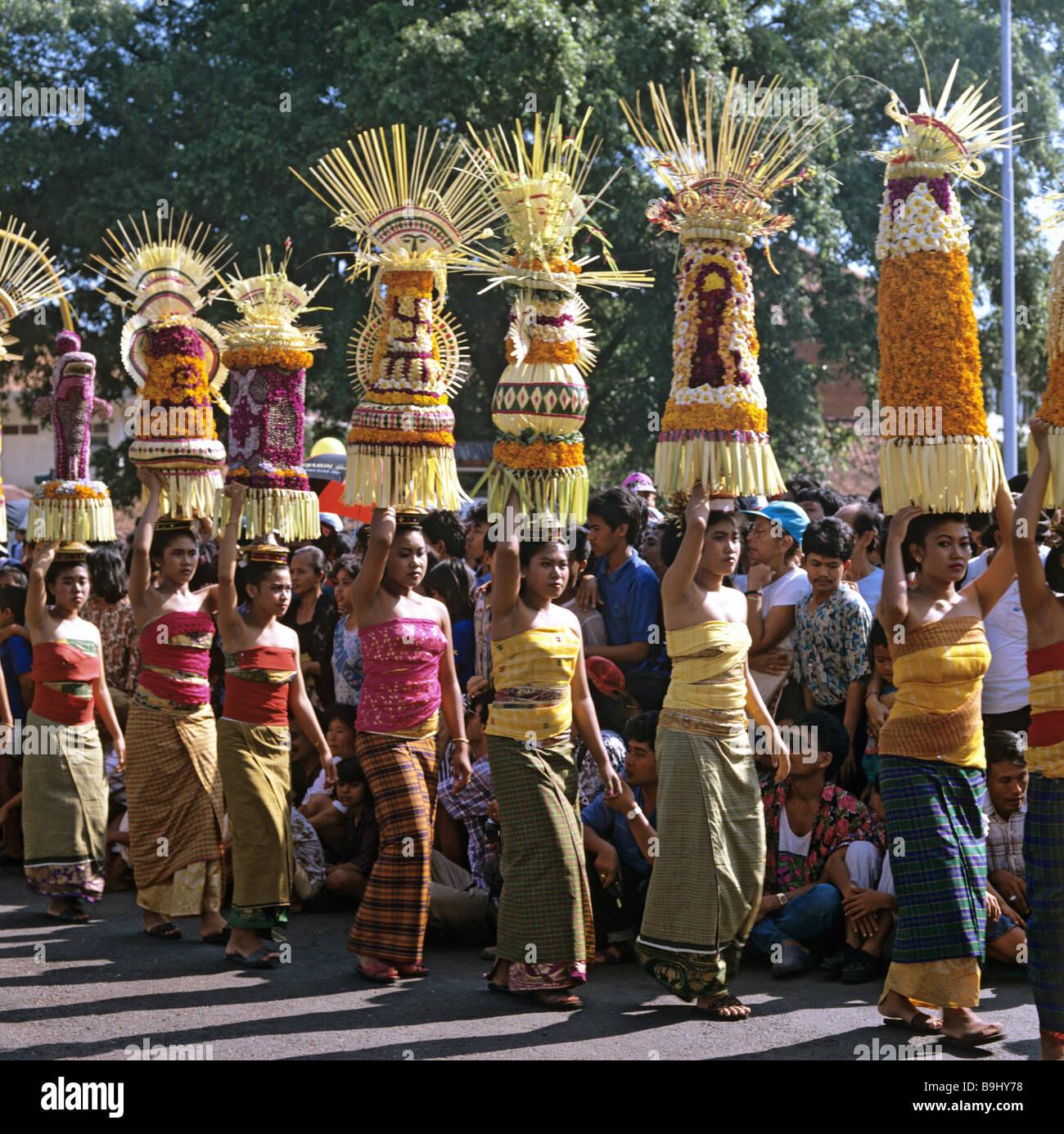 Frauen mit Opfergaben, Prozession, Denpasar, Bali, Indonesien, Süd-Ost-Asien Stockbild