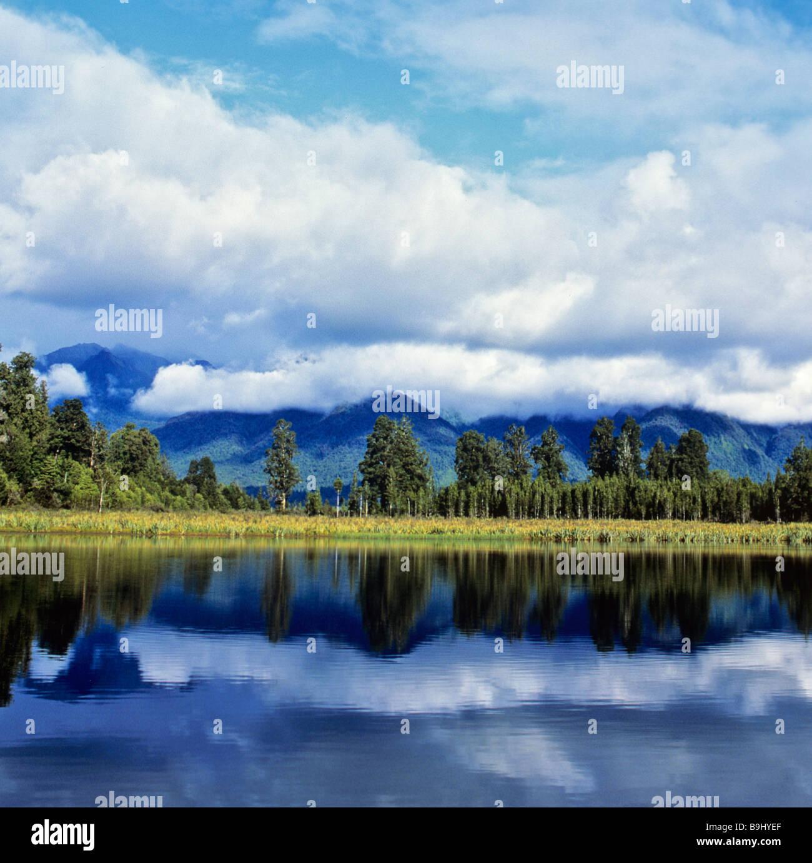 Matheson See mit Reflexion auf der Oberfläche, Südalpen, Südinsel, Neuseeland Stockbild