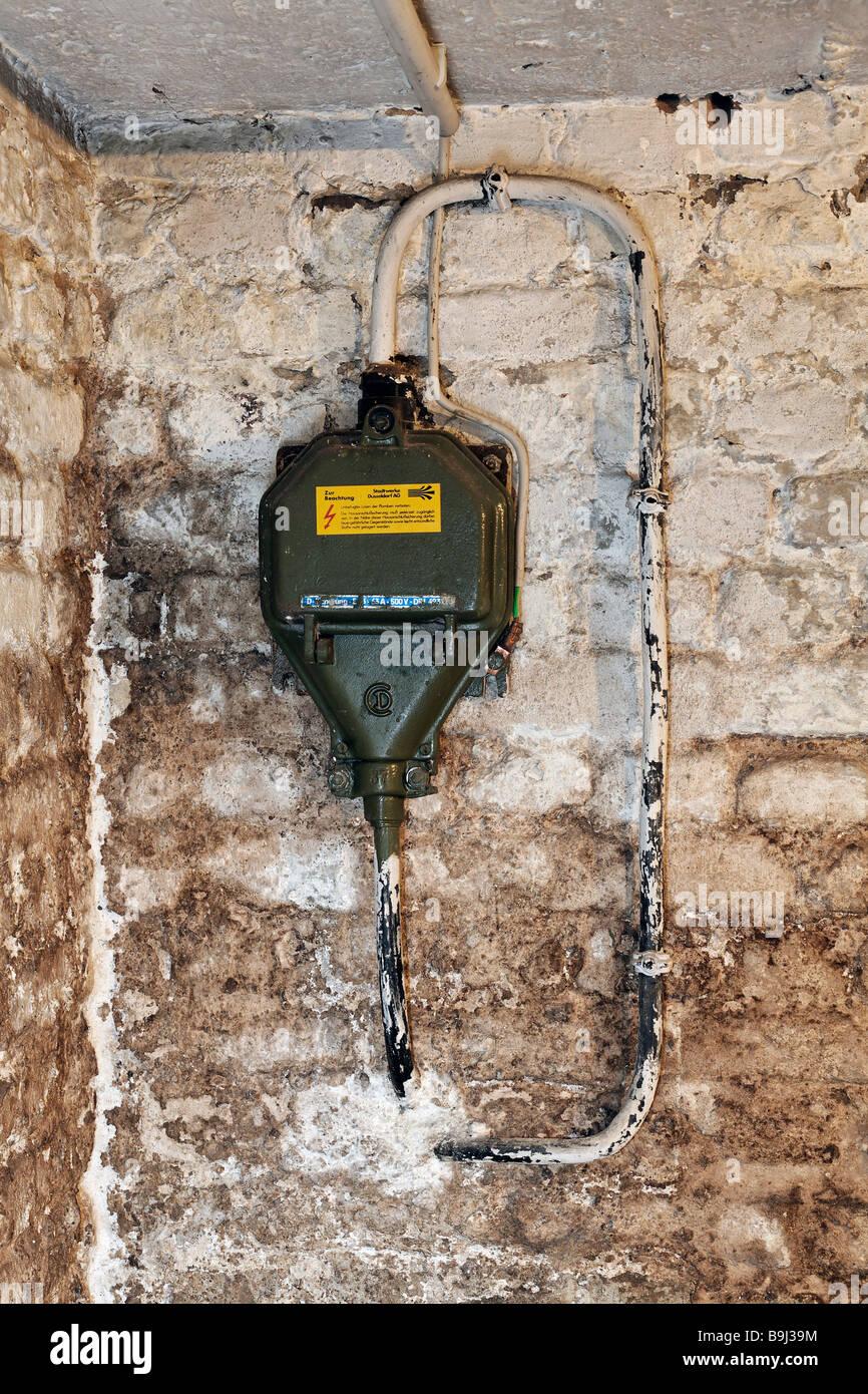 Hausanschluss, Aktuelle 330 V Mit Sicherungskasten 63 A In Einem Keller Des  Hauses Vor Der Sanierung, Feuchte Wände, Deutschland, Europa