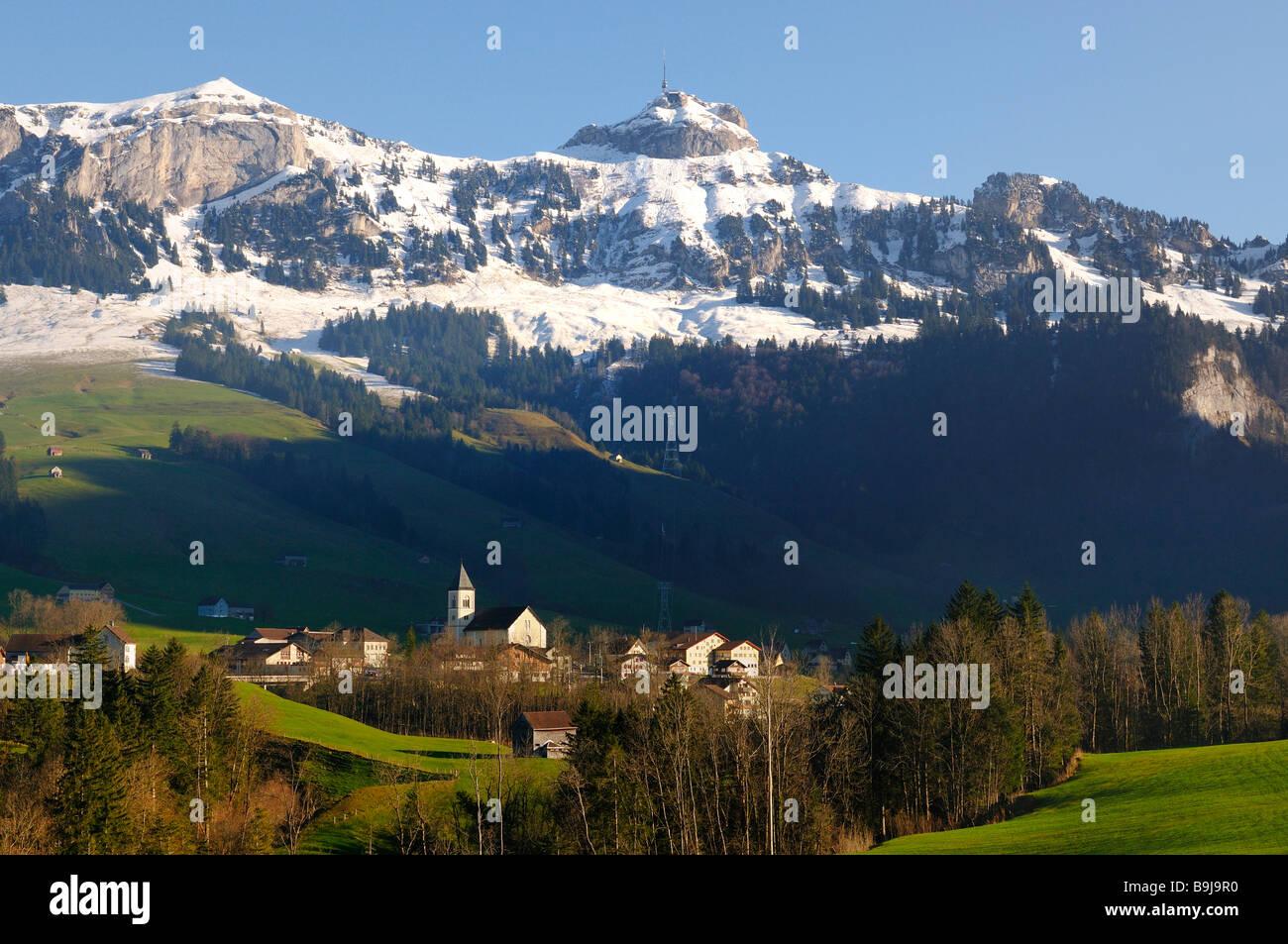 Blick zum Stadtteil Bruelisau hinter Alpensteingebirge mit Hoher Kasten im Kanton Appenzell Innerrhoden, Schweiz, Stockbild