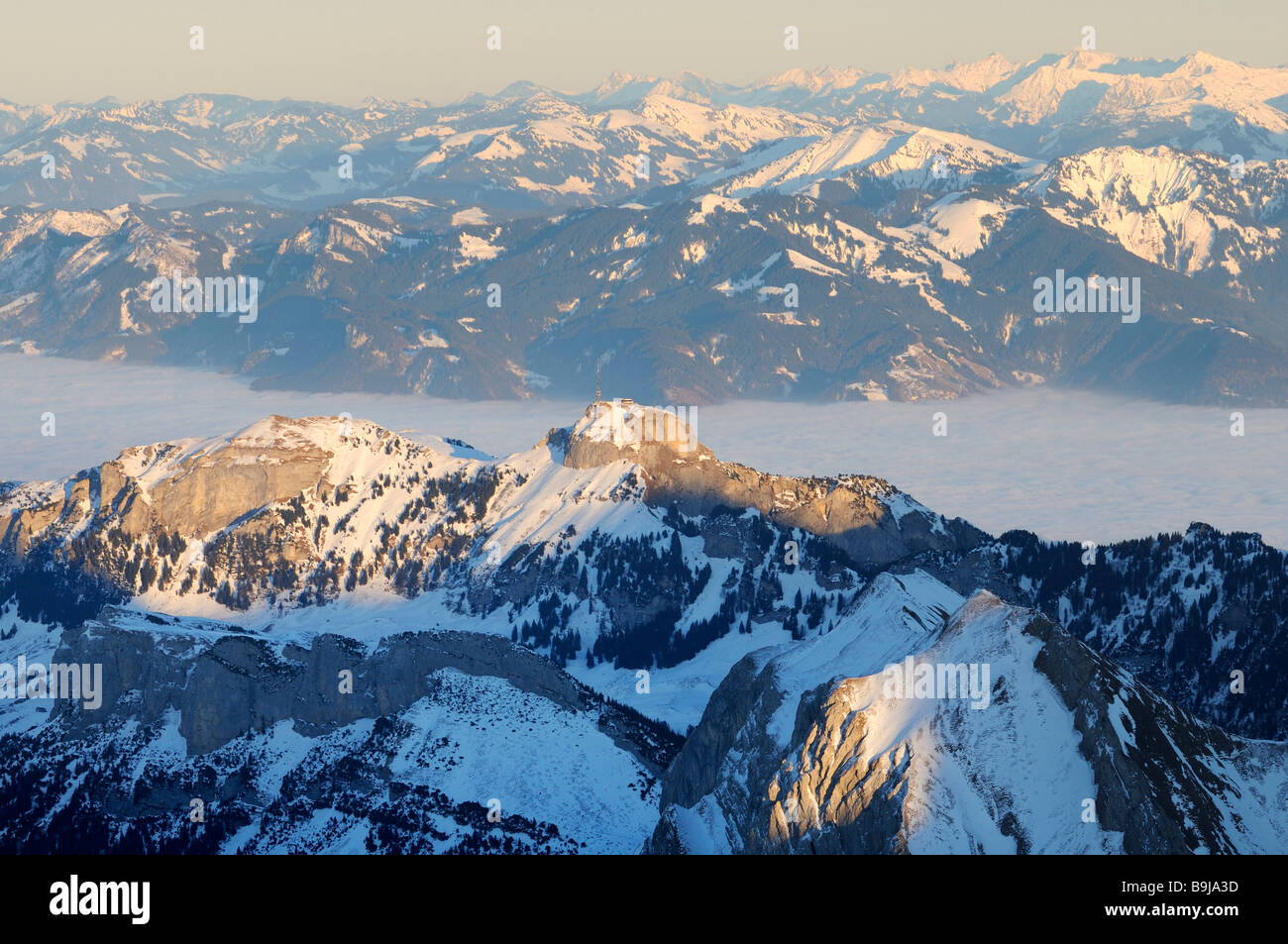 Mt Altmann und Mt Hoher Kasten im letzten Tageslicht, dazwischen die nebligen Rheintal Tal, Kanton Appenzell Innerrhoden, Stockbild