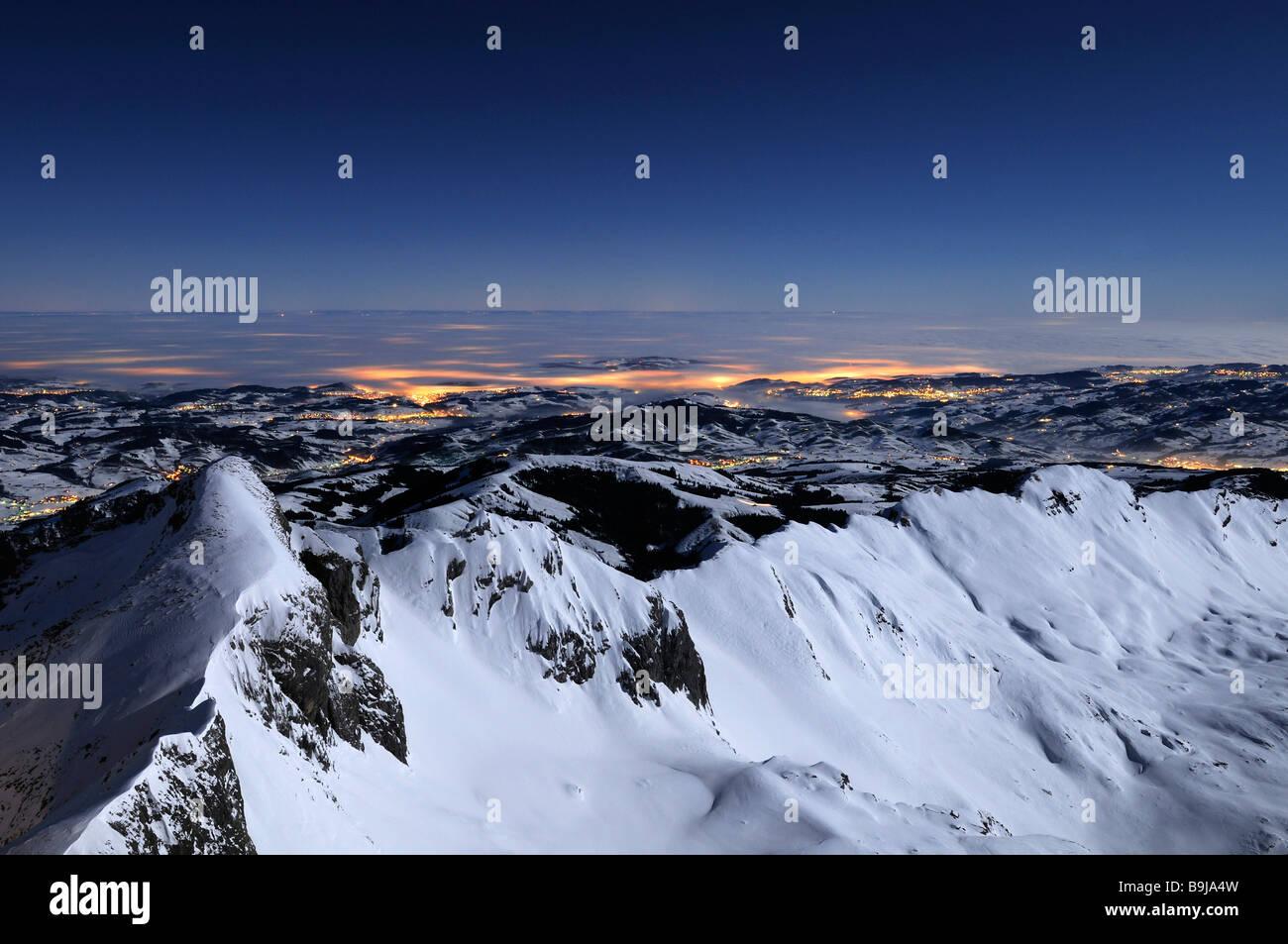 Blick auf den Alpstein Range während einer Vollmondnacht im Rücken das Appenzellerland, Kanton Appenzell Stockbild