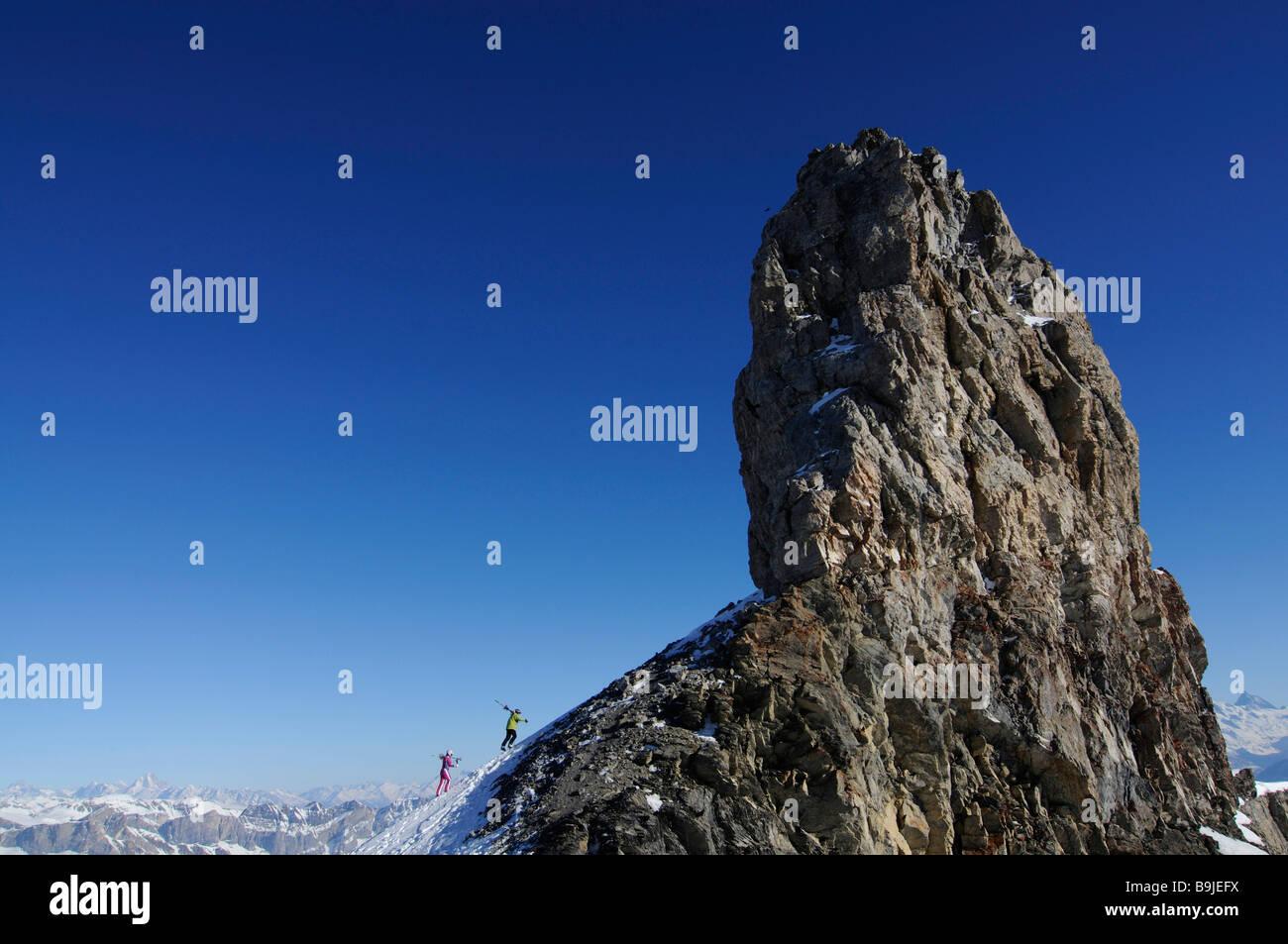 Skifahrer auf Tour Saint-Martin, Col du Pillon, Ski Region Glacier 3000, Gstaad, Westalpen, Berner Oberland, Schweiz, Stockbild