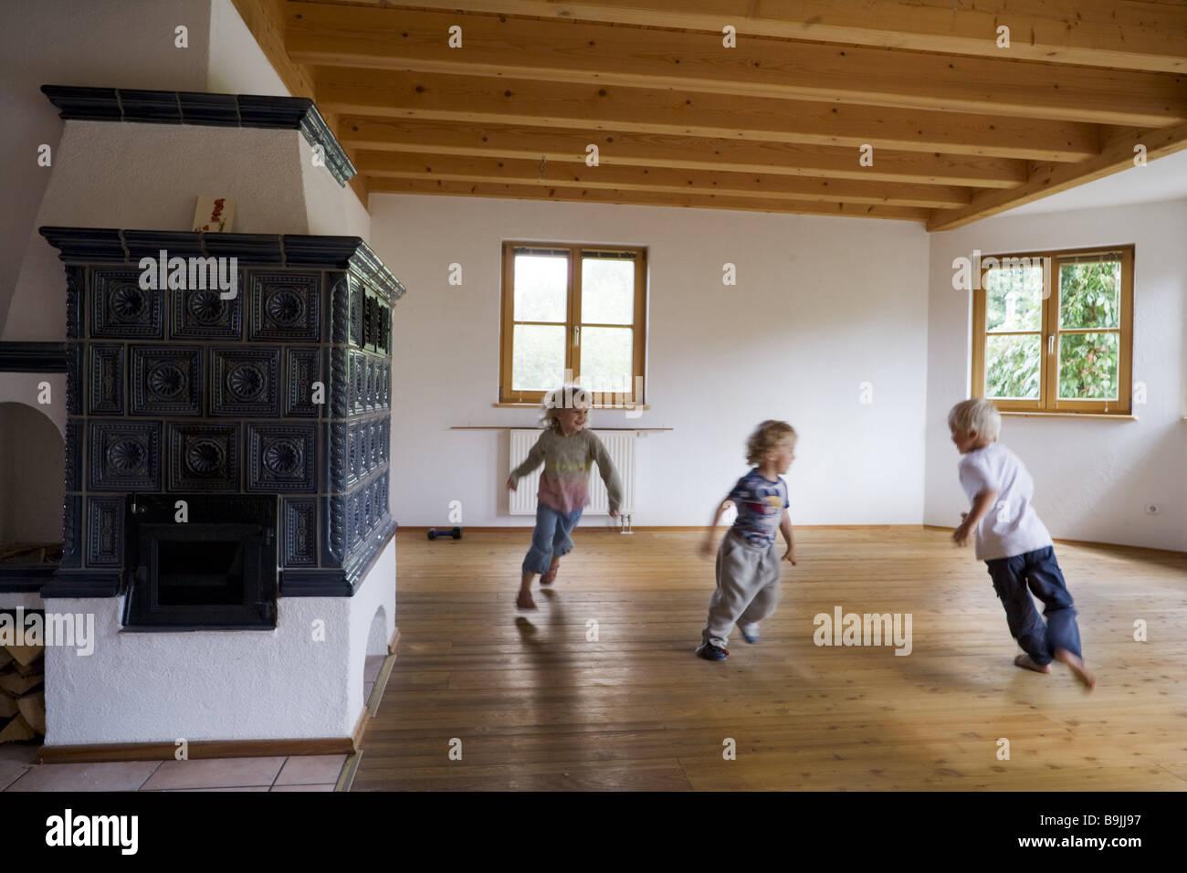Wohnzimmer Leer Kachelofen Kinder Spielen Laufende Wiederaufbau