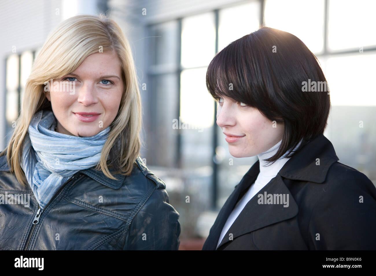 Zwei Freundinnen Schmunzeln in Die kamera Stockbild
