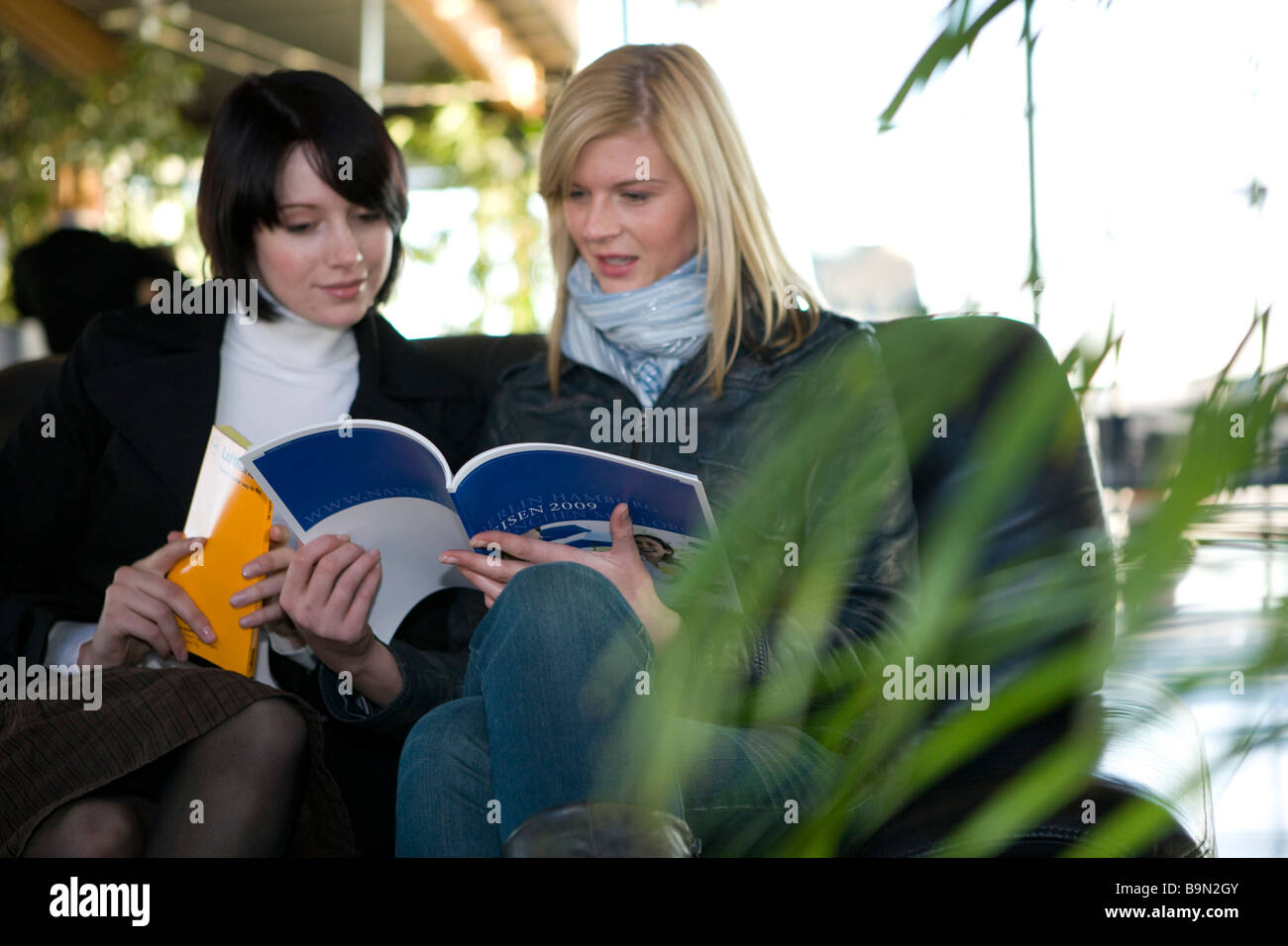 Frauen Schauen Reisekataloge ein Stockbild