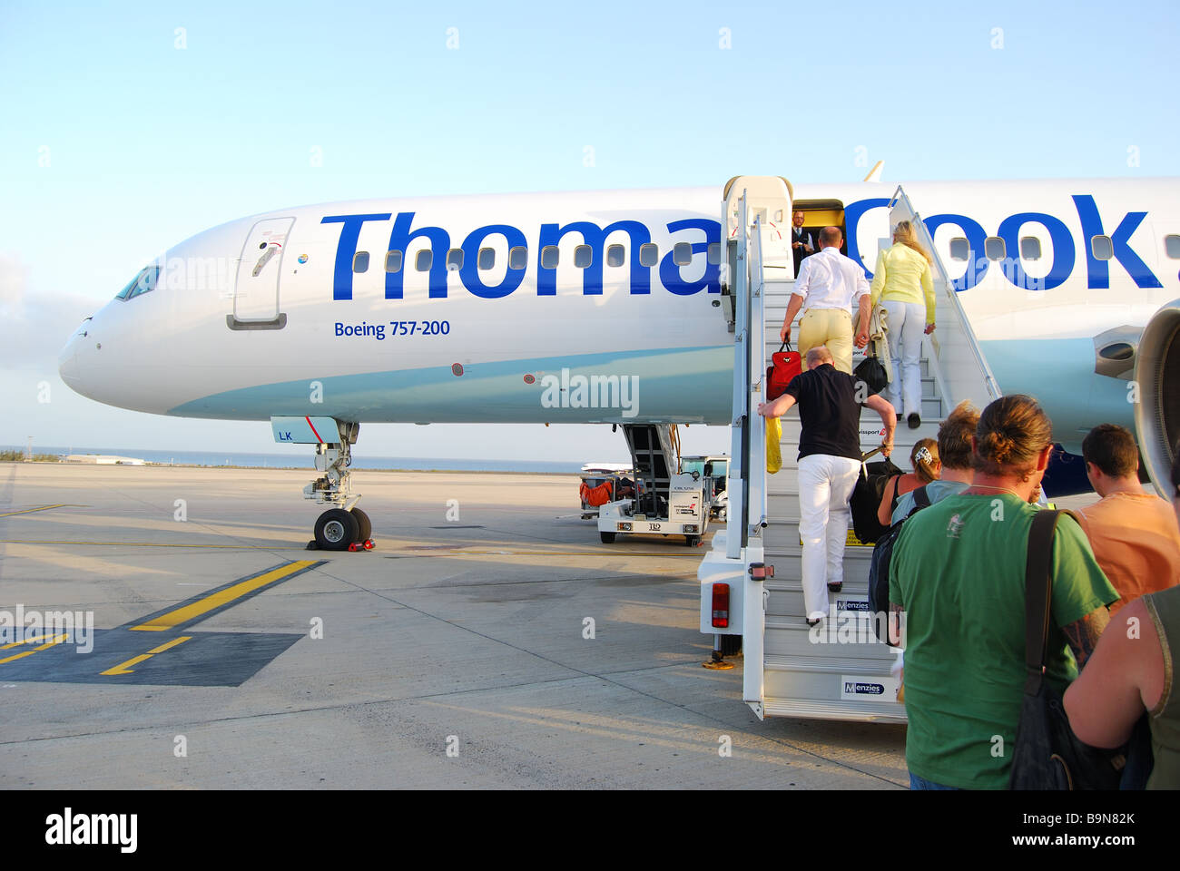 Fluggästen, die Thomas Cook Boeing 757-200, Flughafen Arrecife, Arrecife, Lanzarote, Kanarische Inseln, Spanien Stockbild