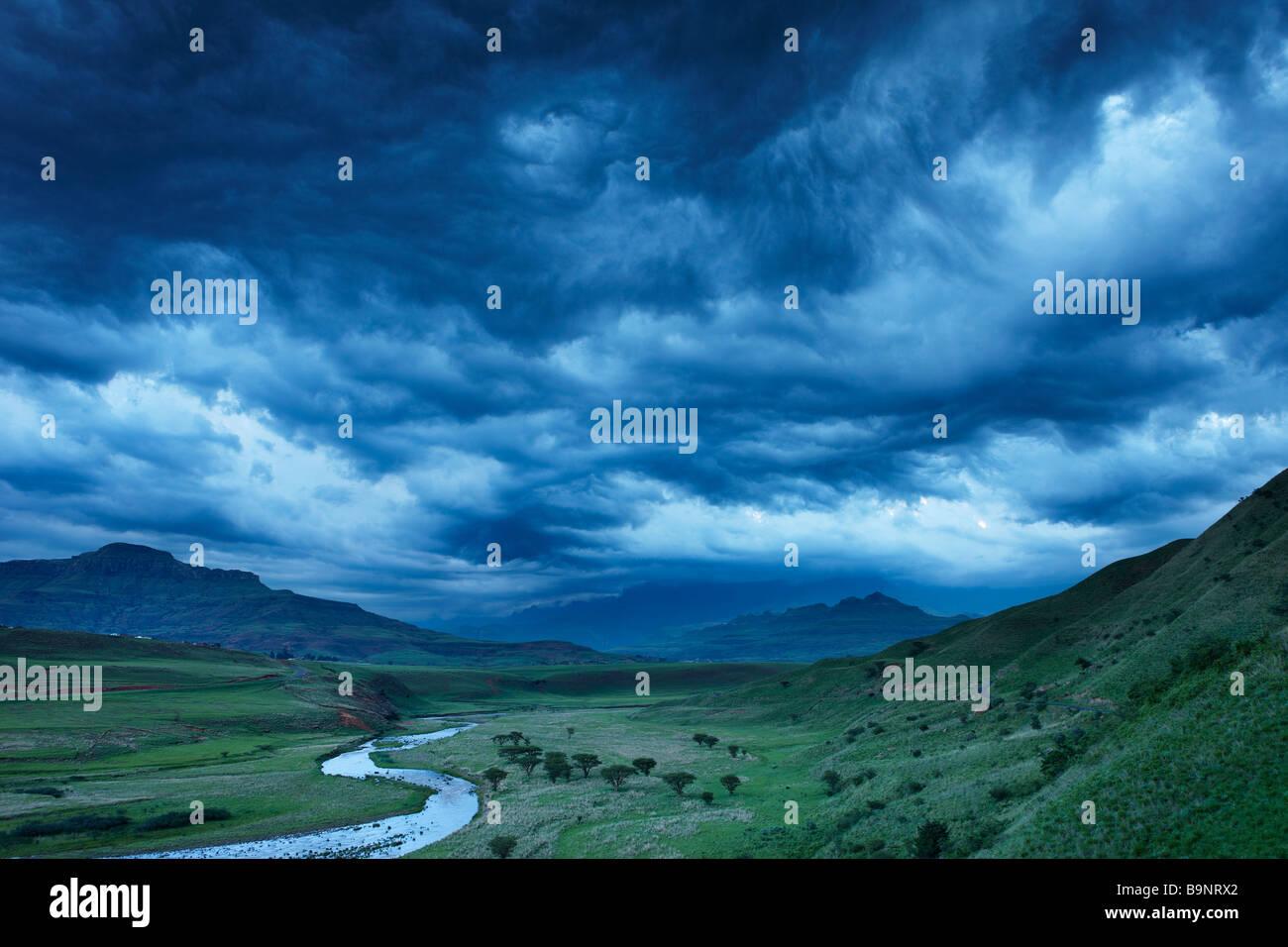 eine stimmungsvolle Abendhimmel über der Tugela-Tal mit den Drakensbergen, KwaZulu Natal, Südafrika Stockfoto