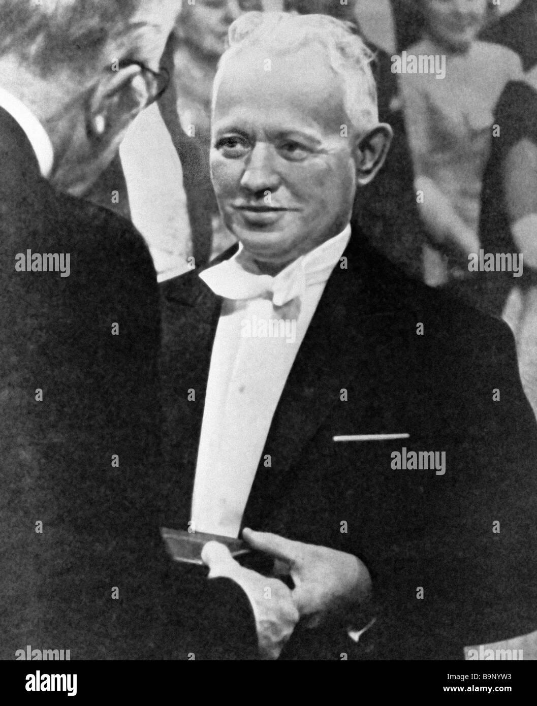 Mikhail Sholokhov erhält den Nobelpreis für Literatur 1965 Stockbild