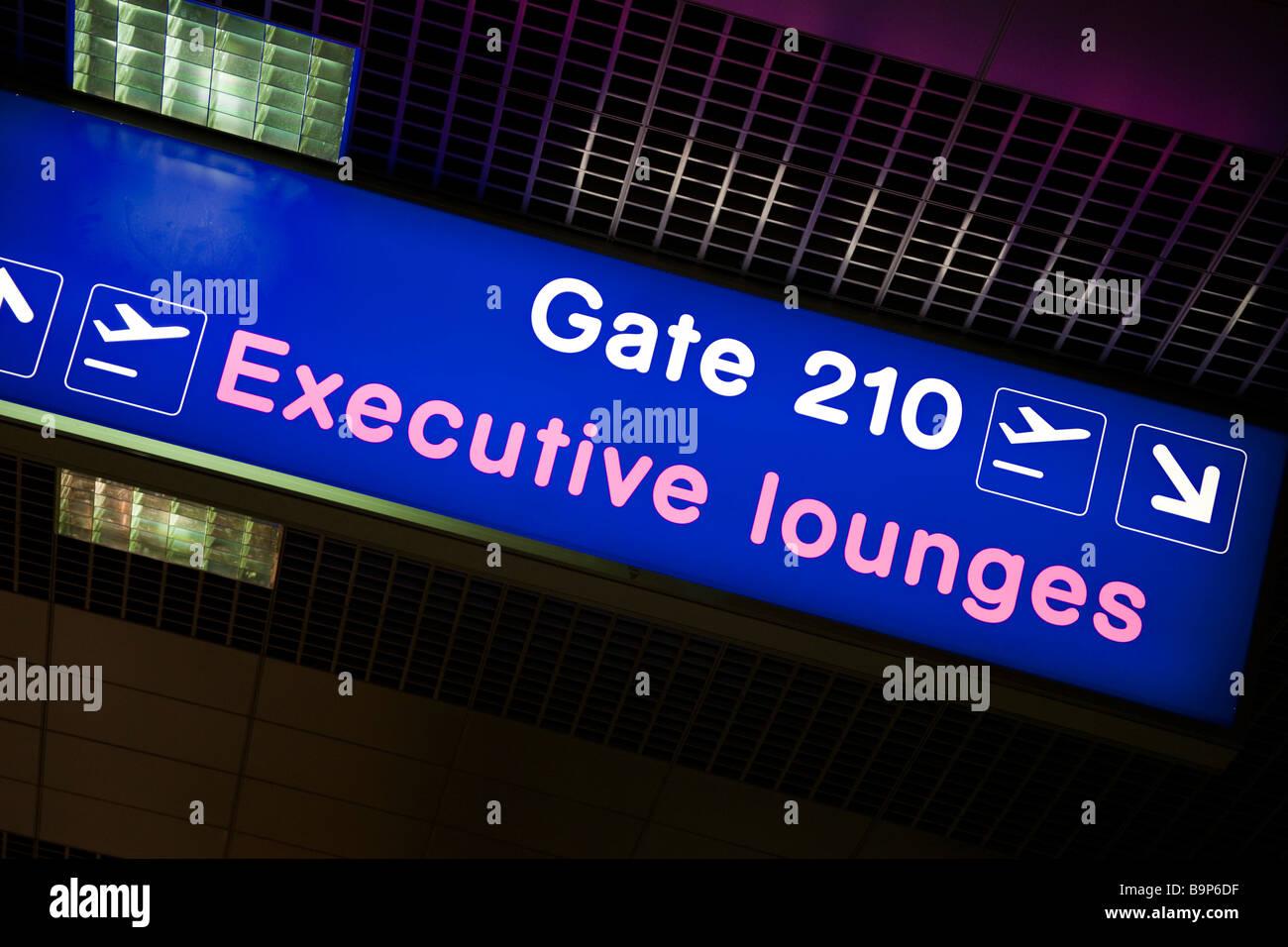 Flughafen Manchester UK Passagier Hinweisschild für Executive Lounges Stockbild