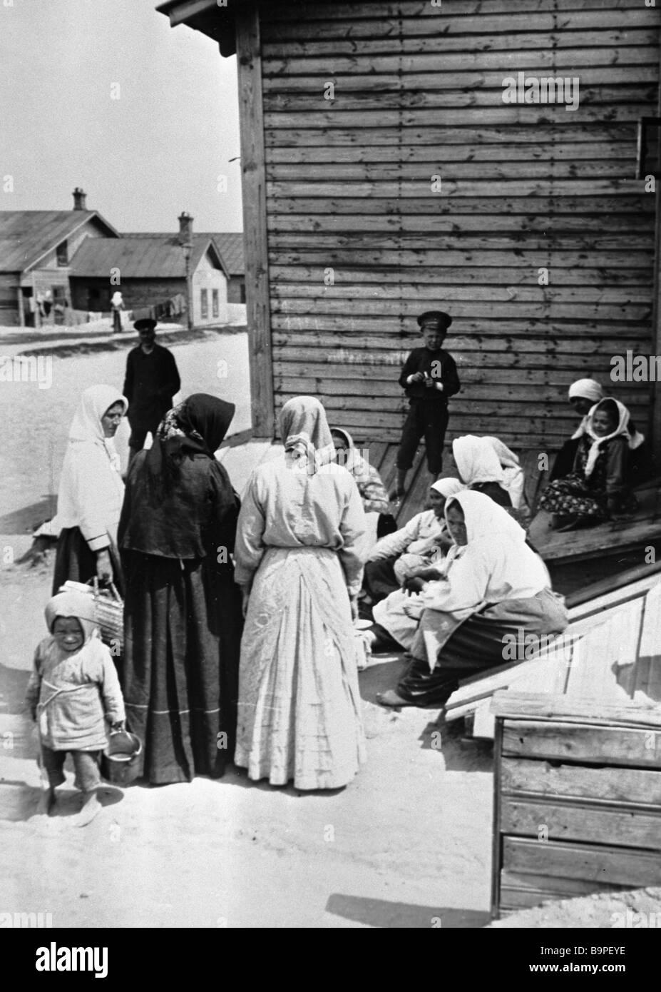 Dorf Bauern diskutieren Veranstaltungen im Februar 1917 Stockbild