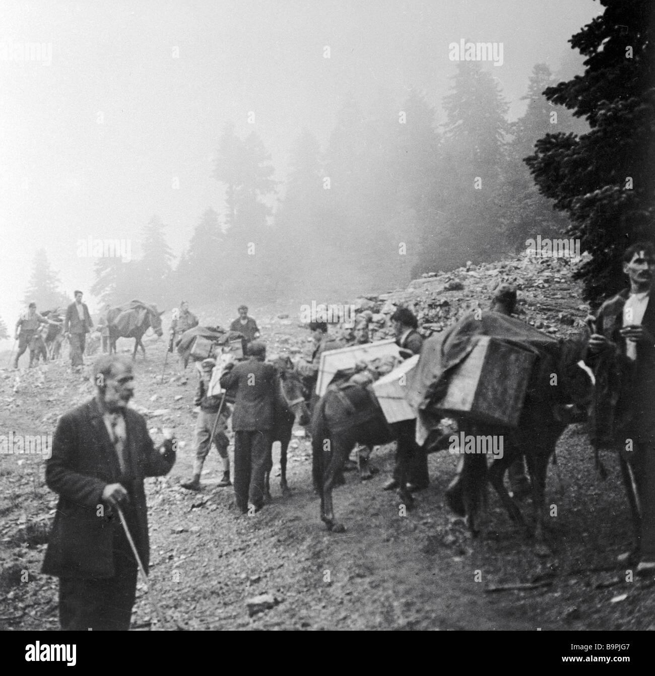 Griechen helfen die ELAS-Kader mit Waffe Lieferungen während des zweiten Weltkriegs Stockbild